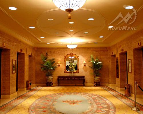 Натяжной потолок в лифтом холе гостинице
