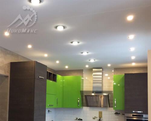 Сатиновый натяжной потолок на кухне