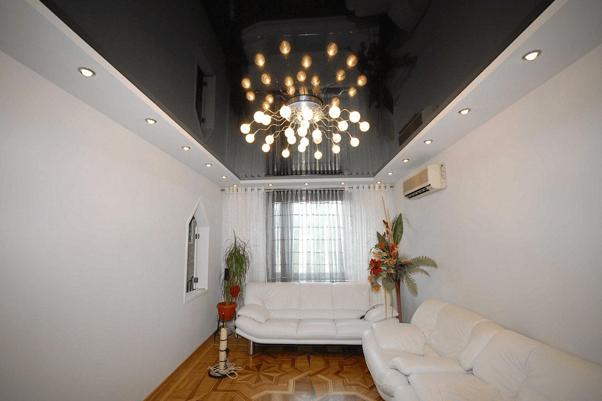 Чёрный глянцевый натяжной потолок в комнате