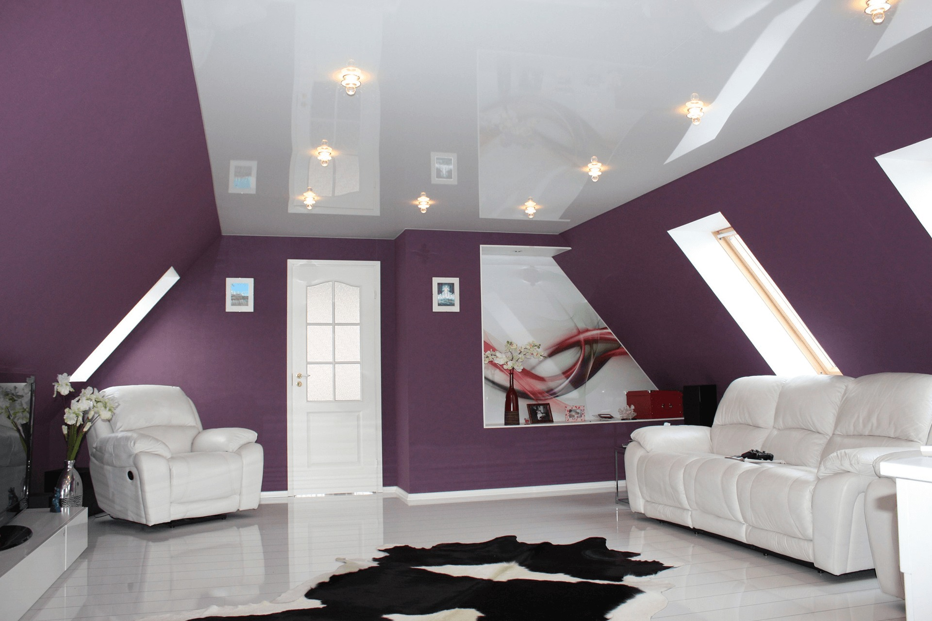 Глянцевый потолок на мансарде