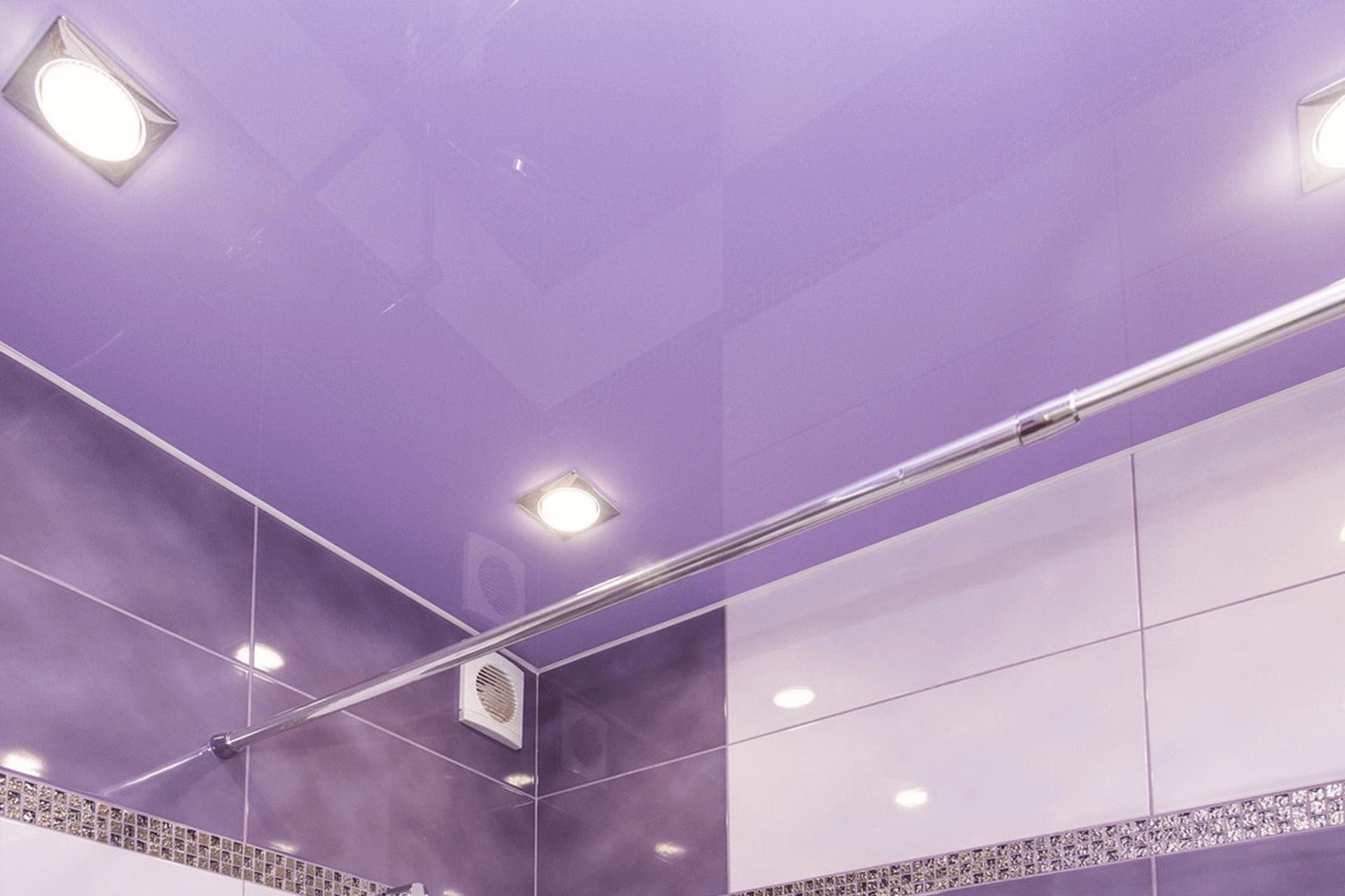 Сиреневый глянцевый натяжной потолок в ванной
