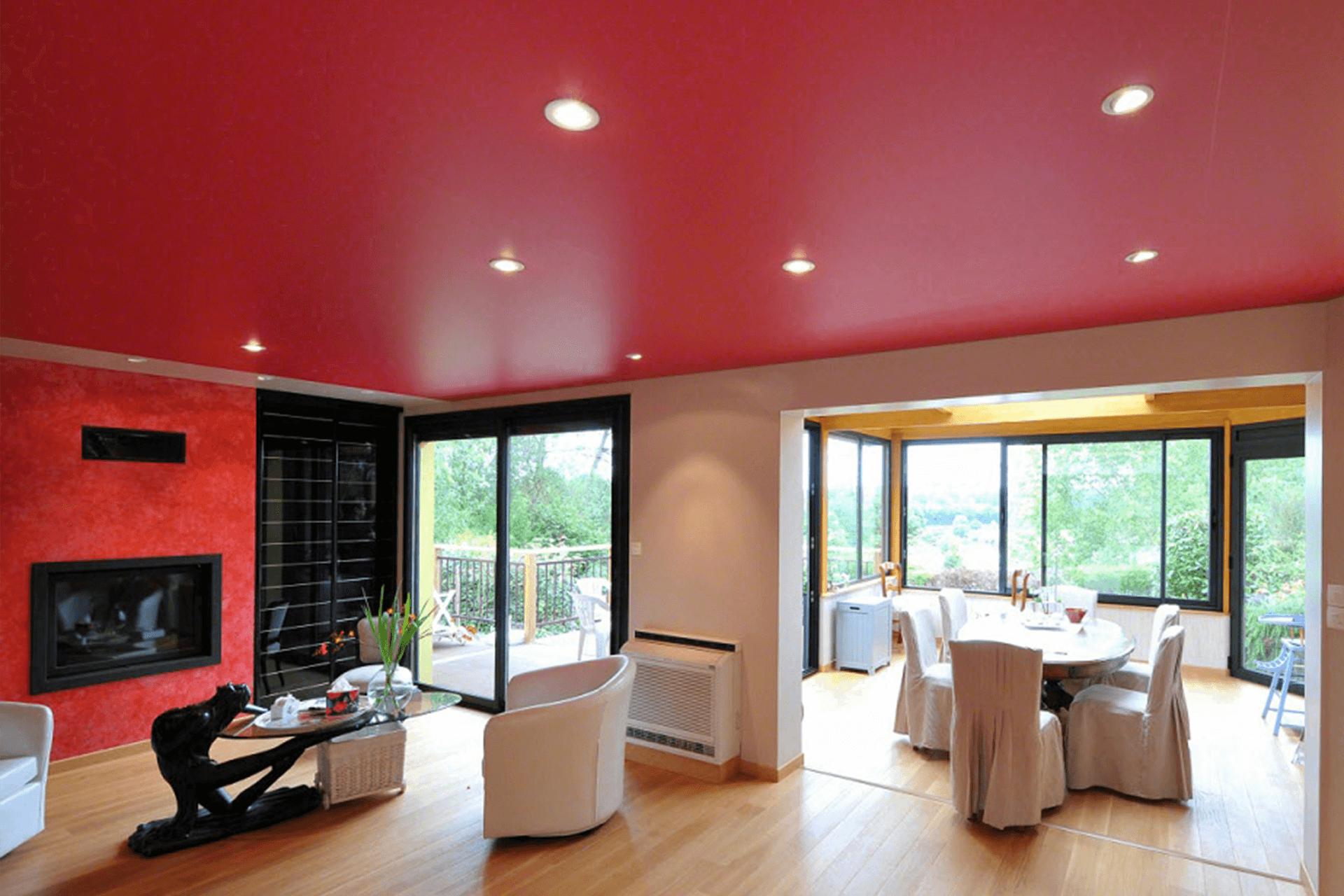 Красный натяжной потолок в гостиной