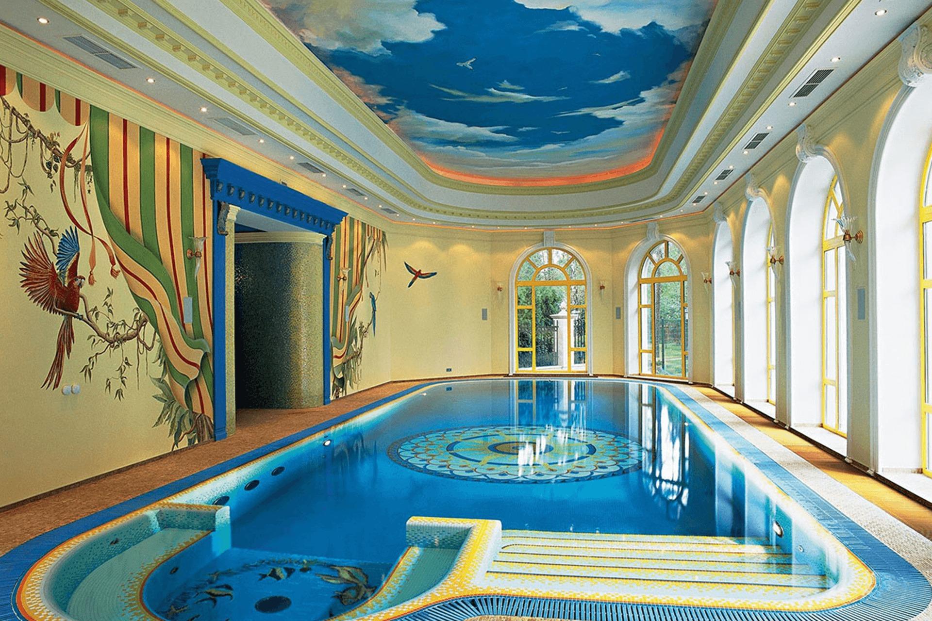 Матовый натяжной потолок с фотопечатью в бассейне