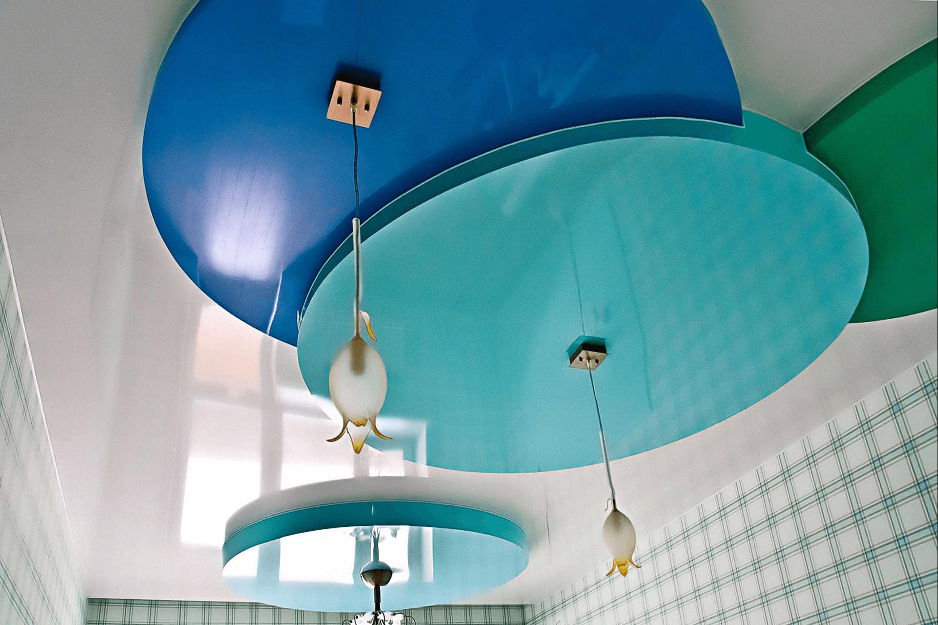 Многоуровневый потолок синие круги