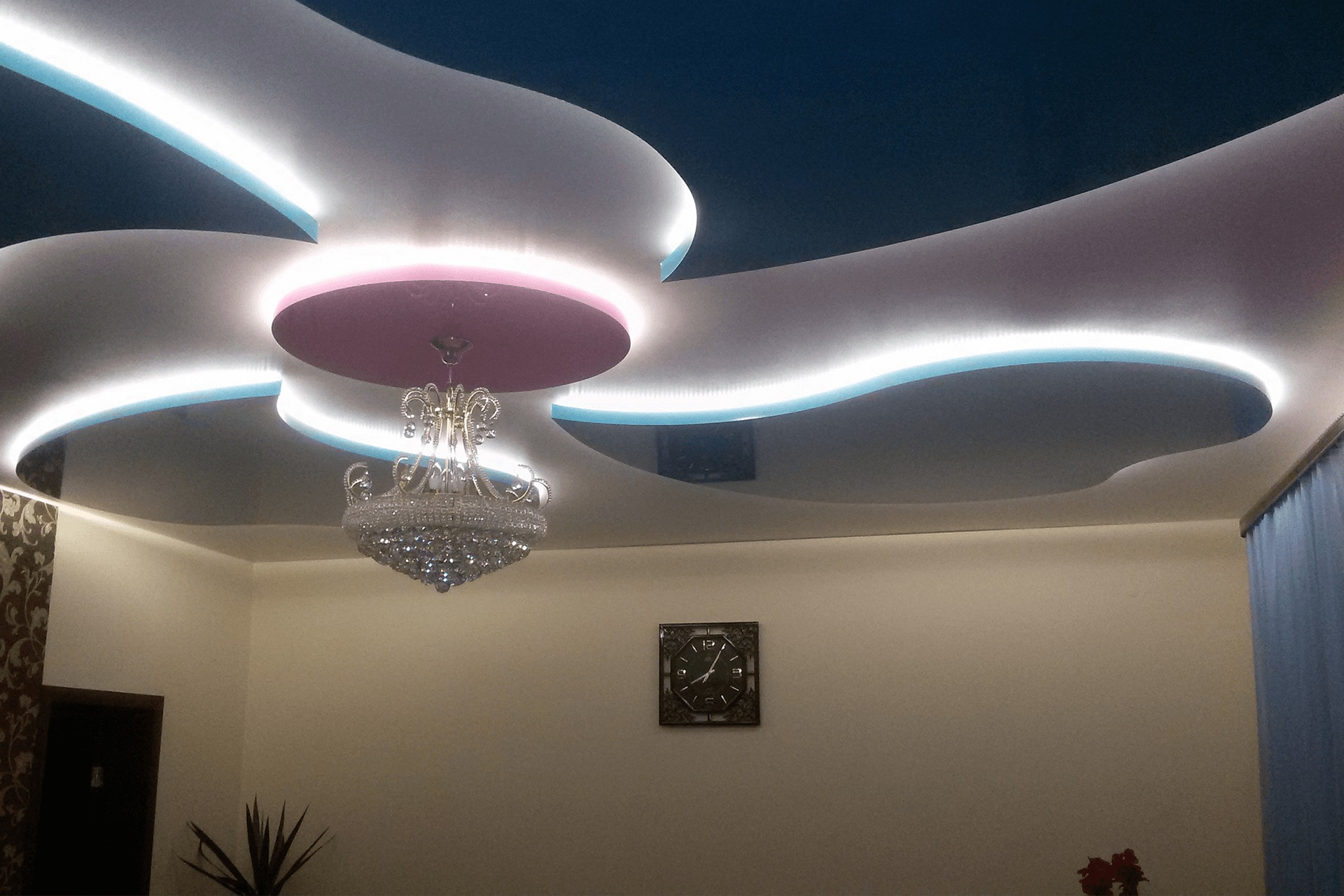 Многоуровневый потолок в комнате