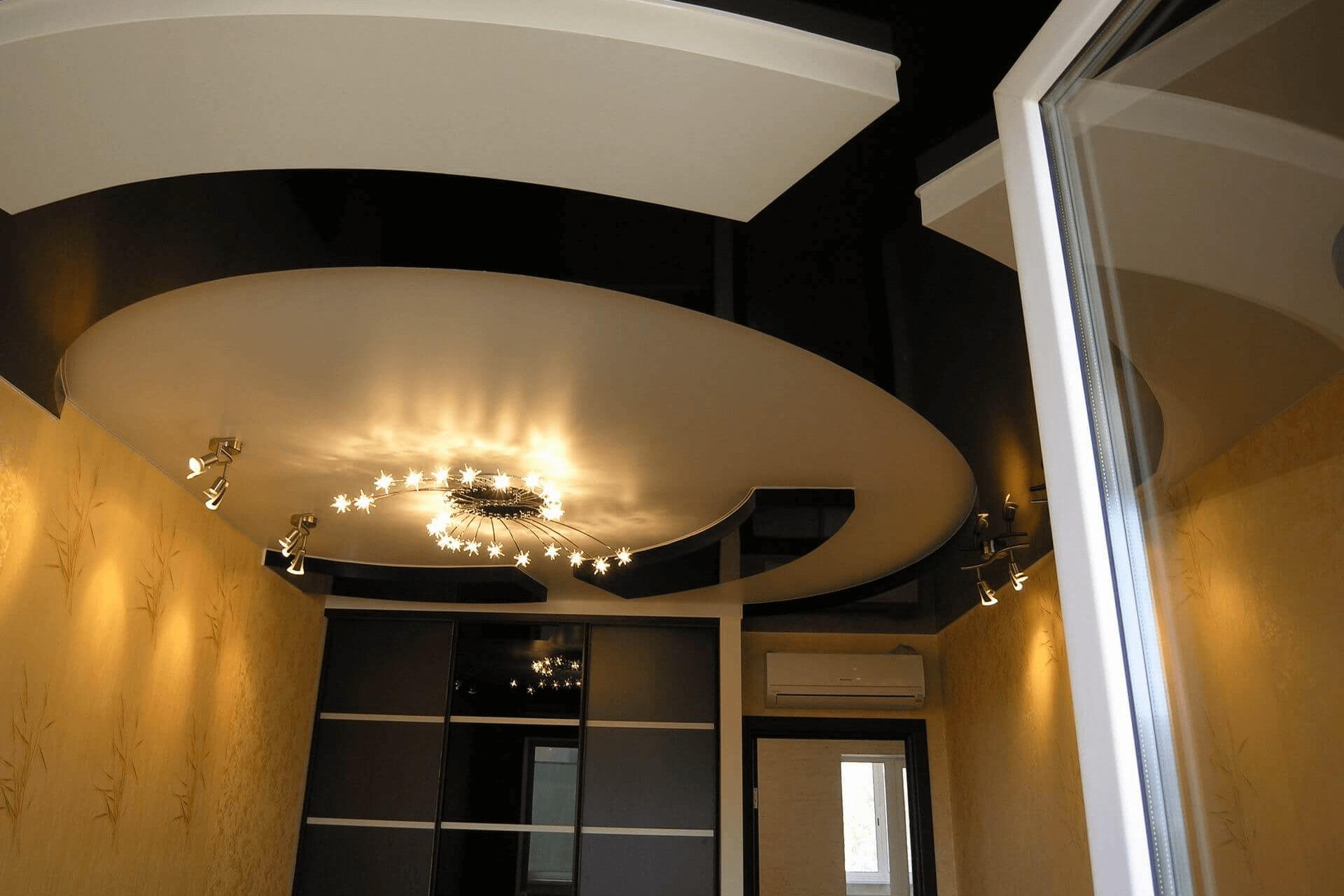 Чёрный-белый многоуровневый потолок в квартире