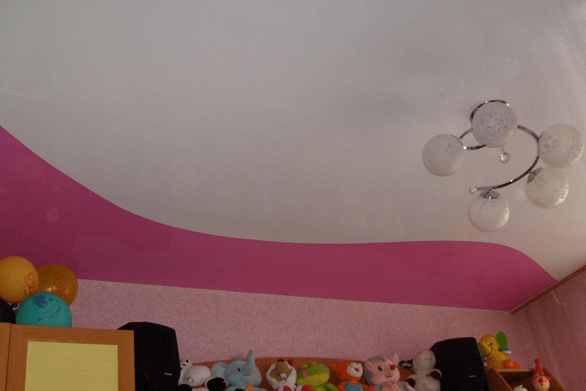 Двухцветный потолок в детской комнате. Спайка двух ПВХ полотен.
