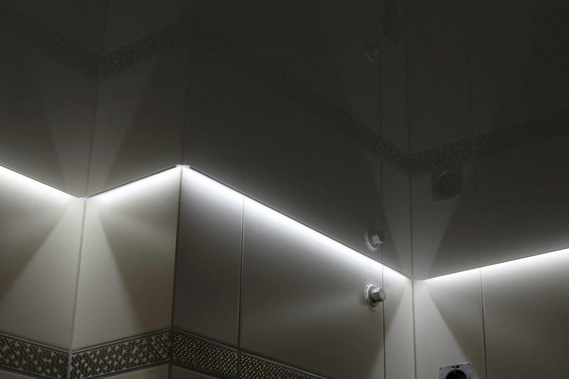 Глянцевый парящий потолок в ванной