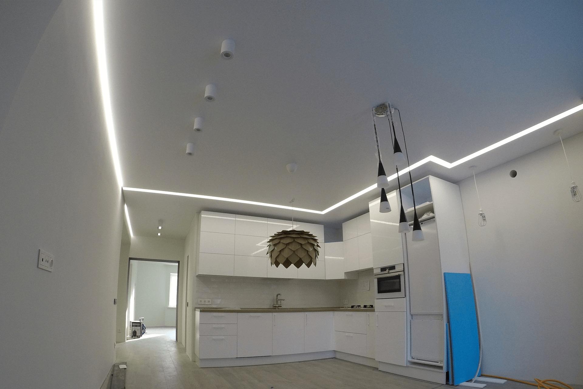 Парящий потолок и световые линии от НикоМакс на кухне