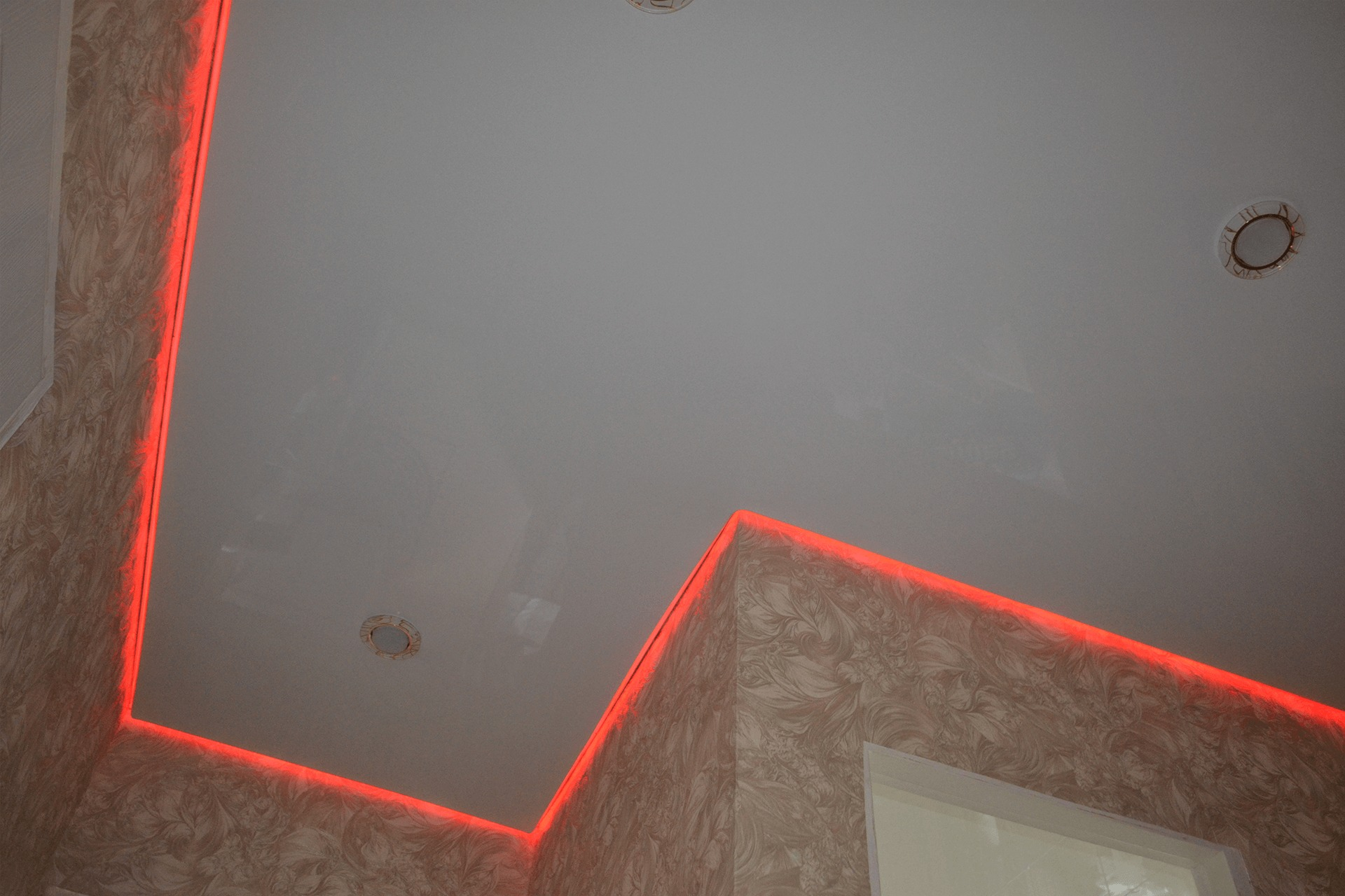 Парящий потолок в коридоре - красная подсветка