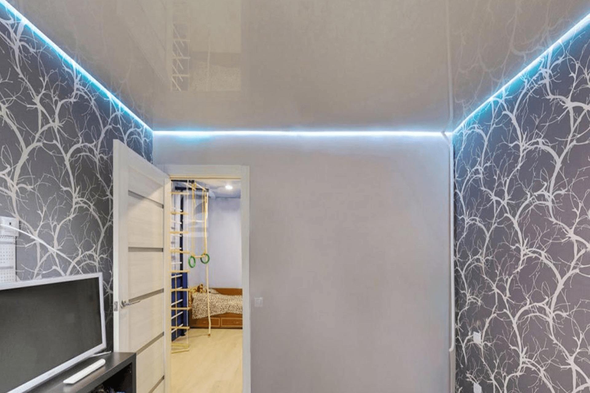 Парящий натяжной потолок в комнате