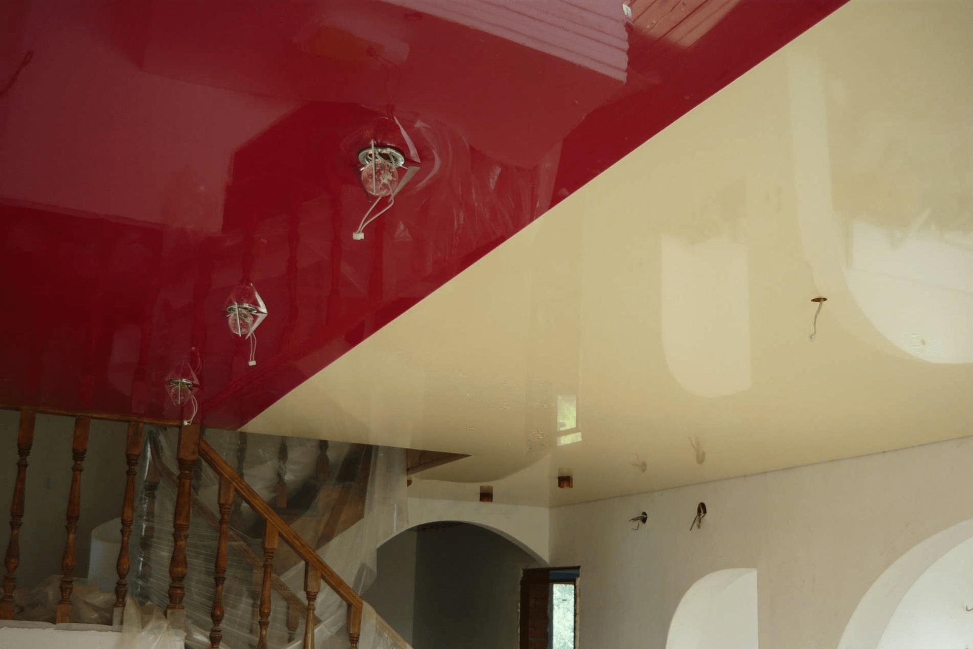 Двухцветный потолок в доме. Спайка двух глянцевых полотен.