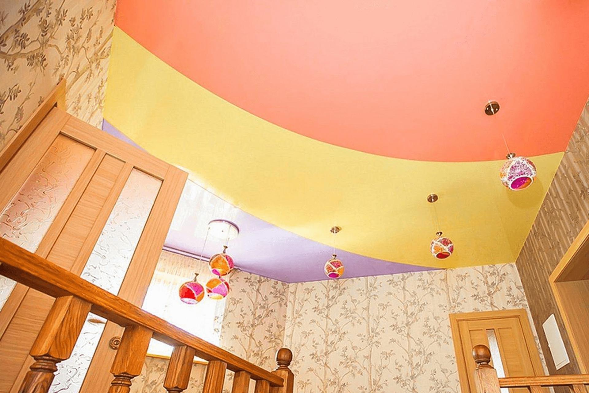 Трёхсветная спайка полотен на натяжном полке в детской
