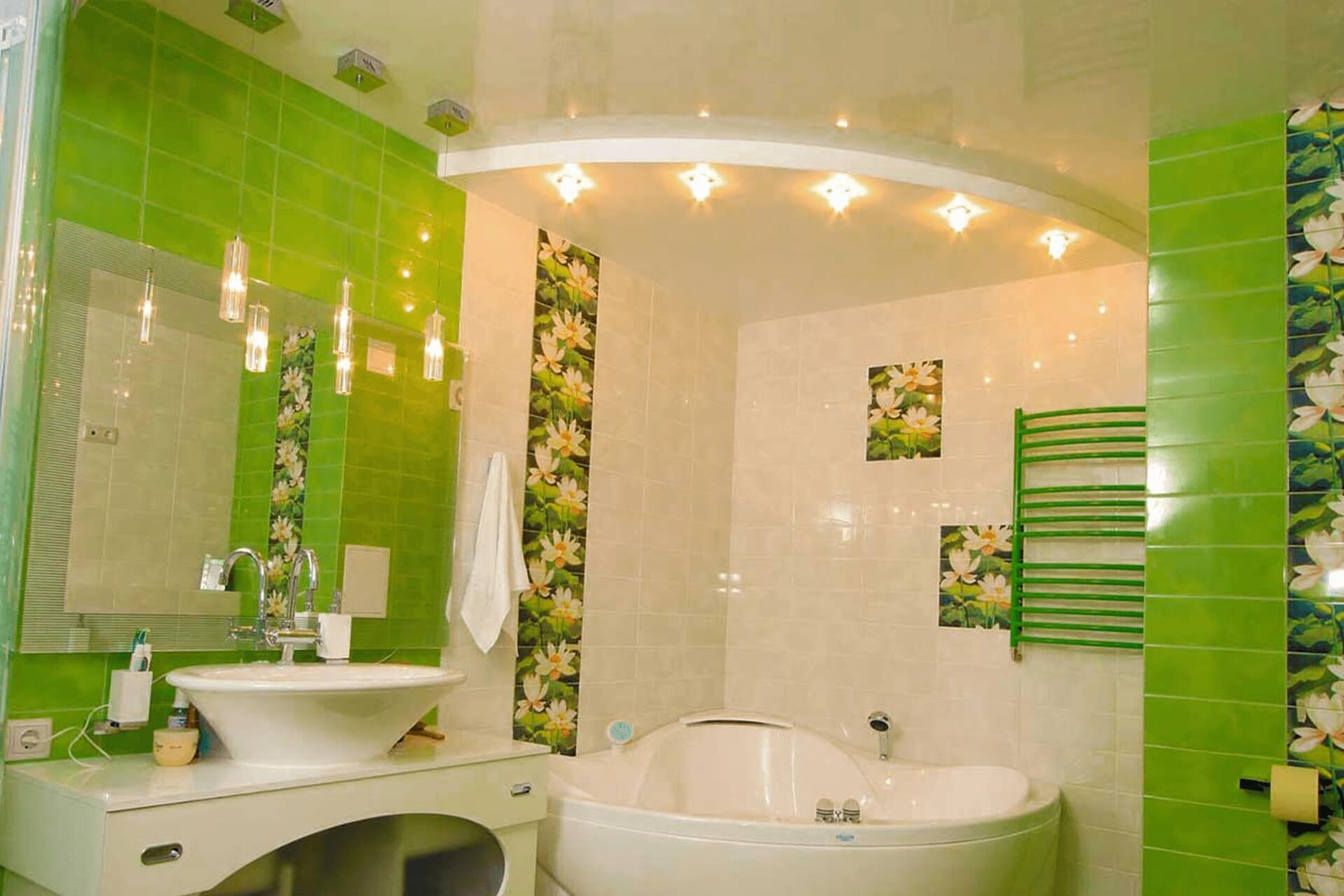 Белый двухуровневый натяжной потолок в ванной