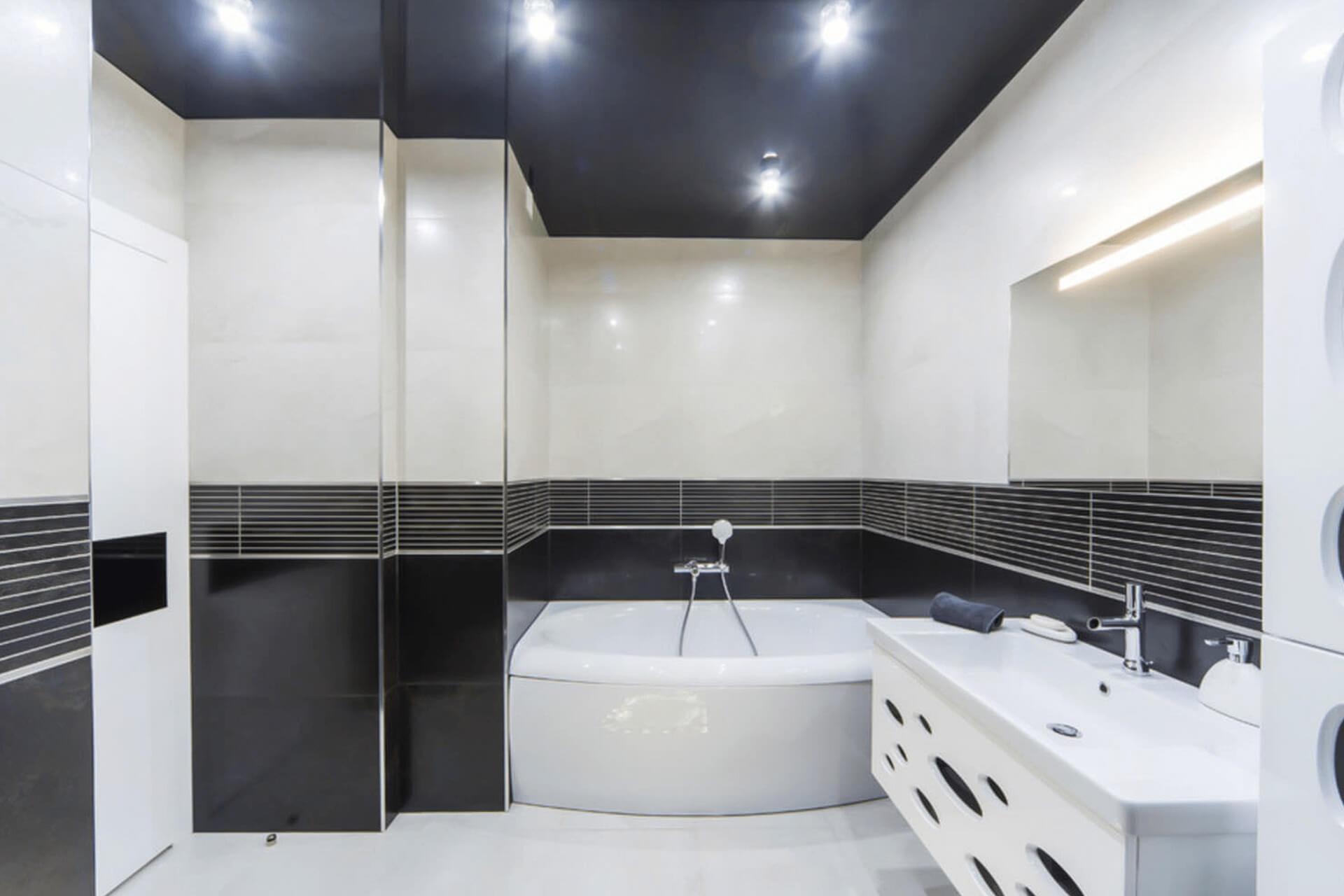 Чёрный натяжной потолок в чёрно-белой ванной