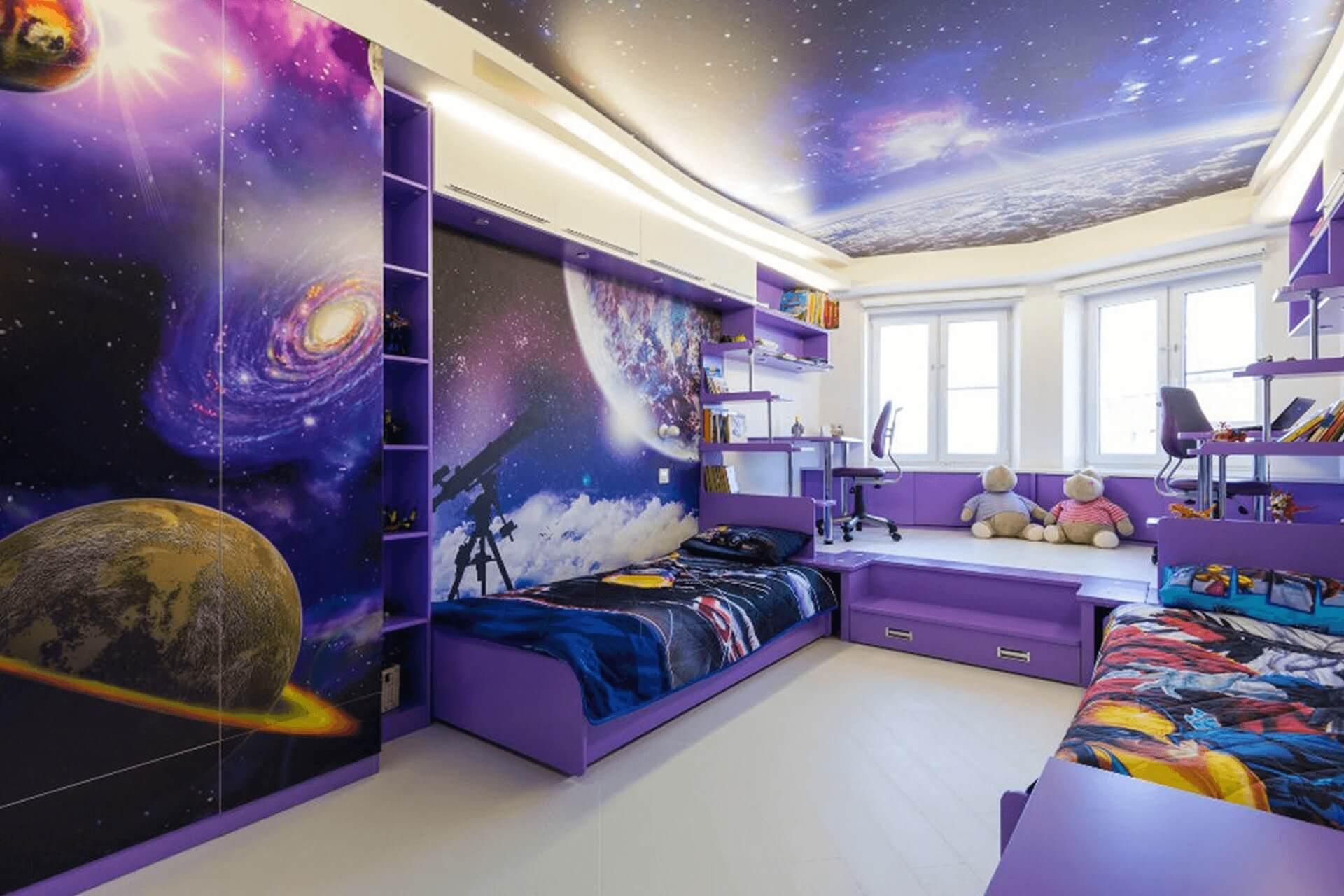 Детская комната с натяжным потолком в космическом стиле.