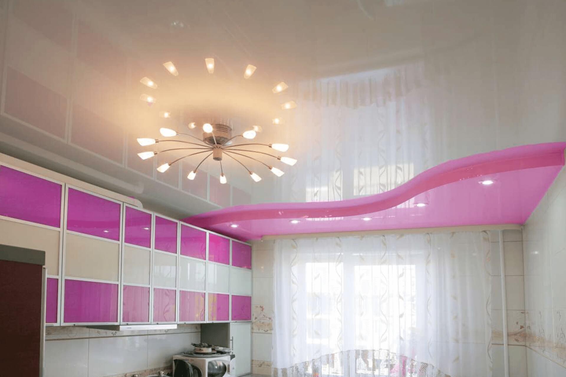 Розово-белый натяжной потолок на кухне
