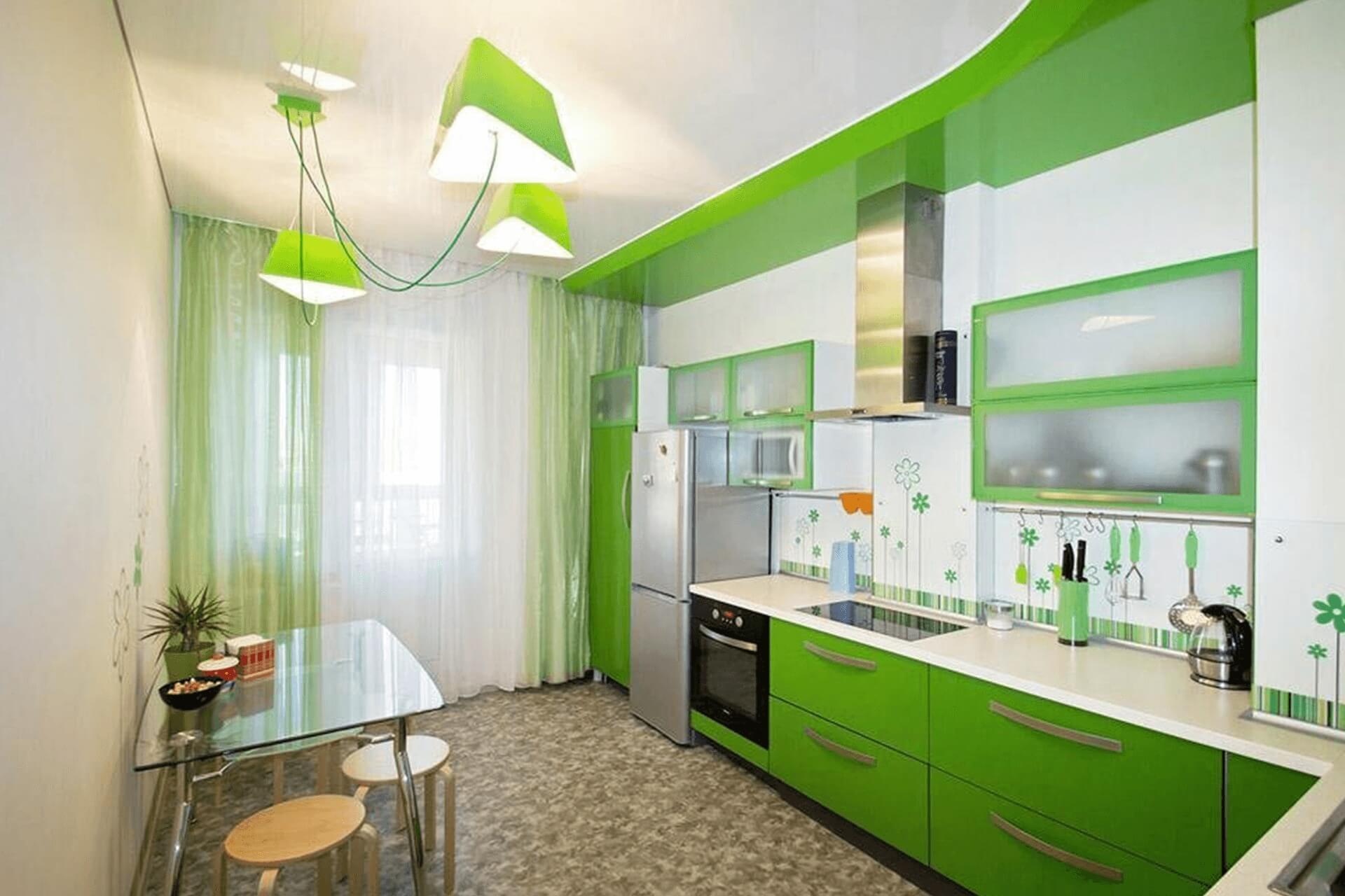 Бело-зелёный натяжной потолок на кухне