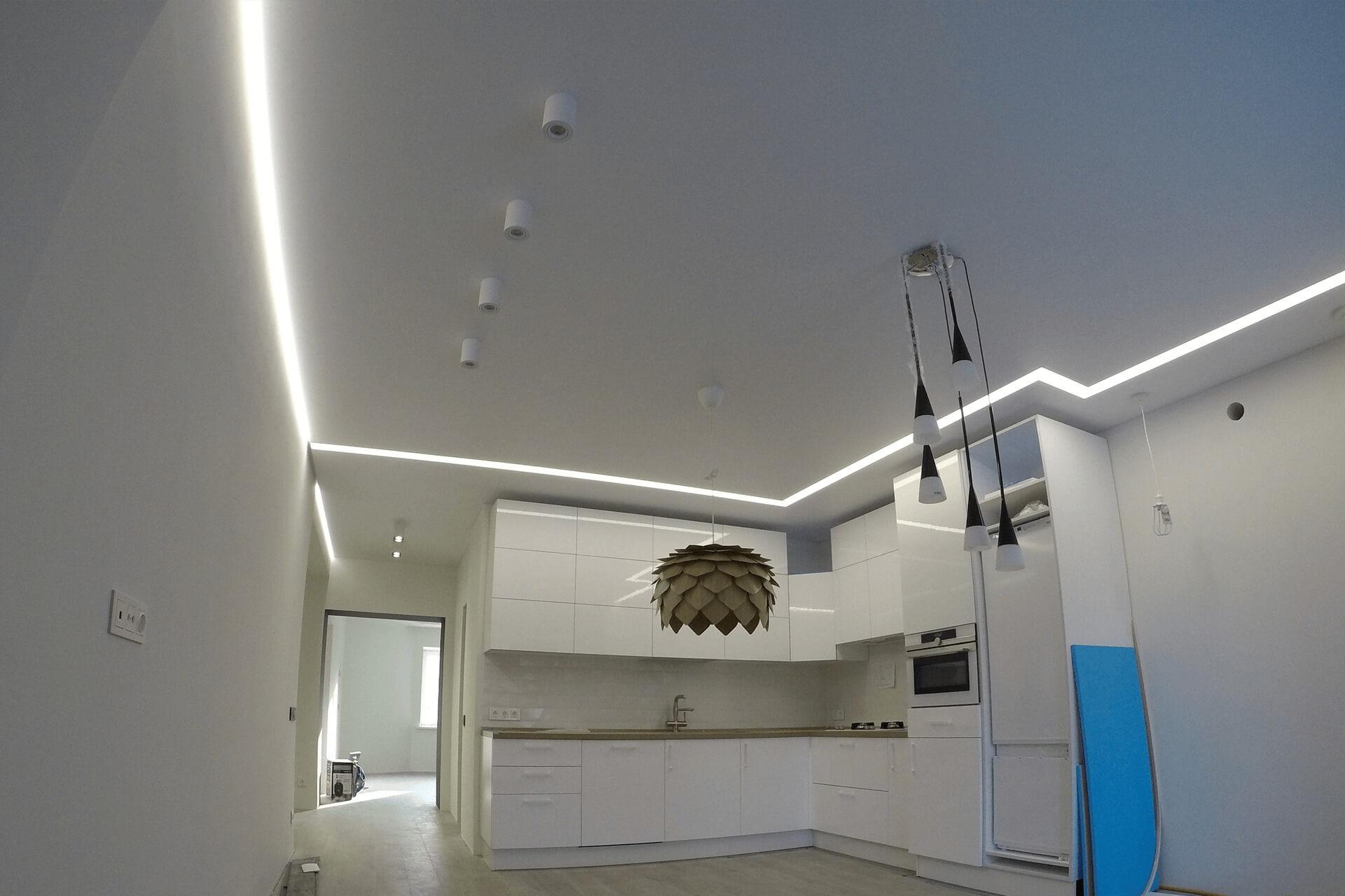 Парящий натяжной потолок и цветовые линии на кухне от НикоМакс