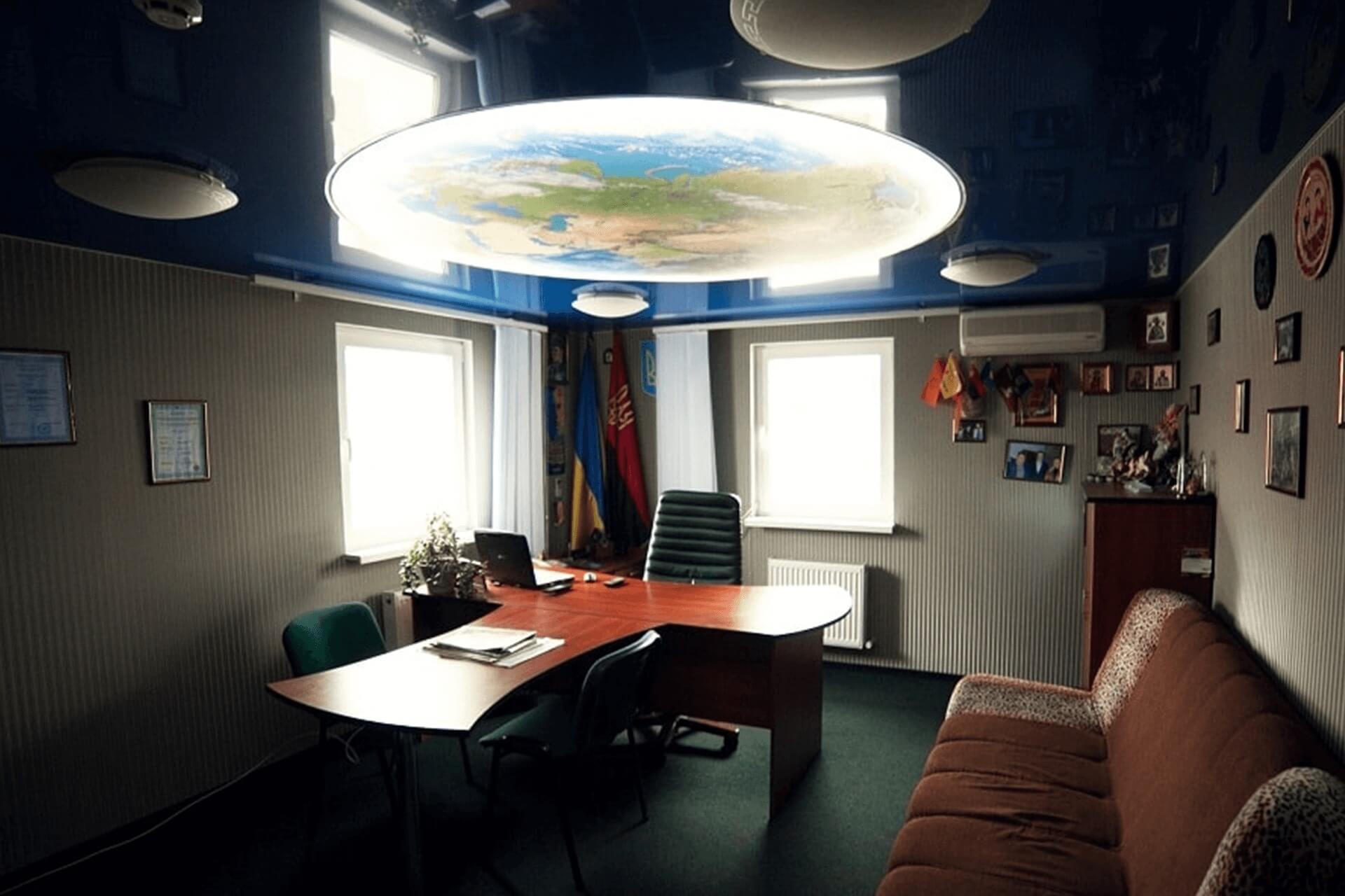 Фотопечать земля на натяжном потолке в офисе