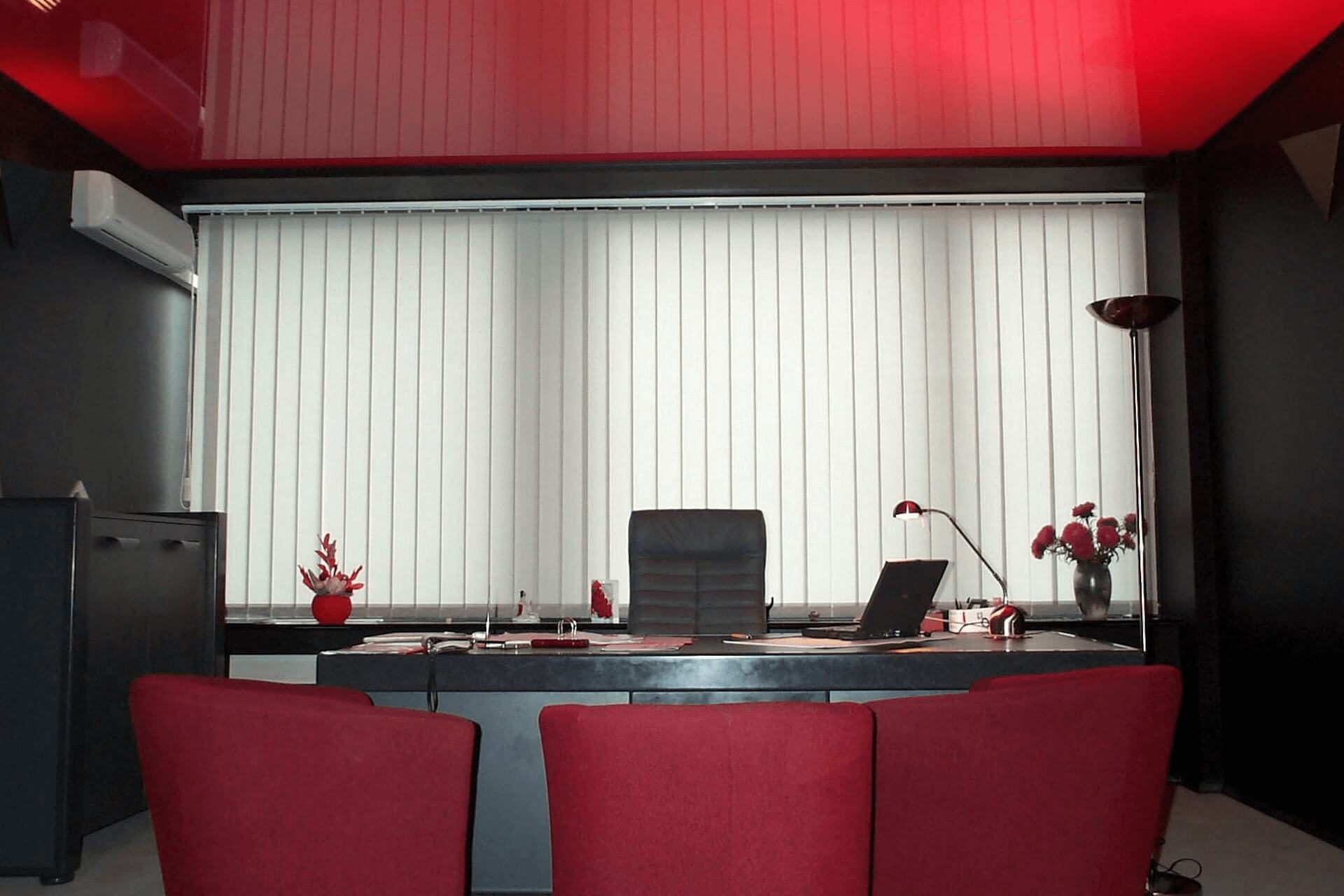 Красный натяжной потолок в офисе