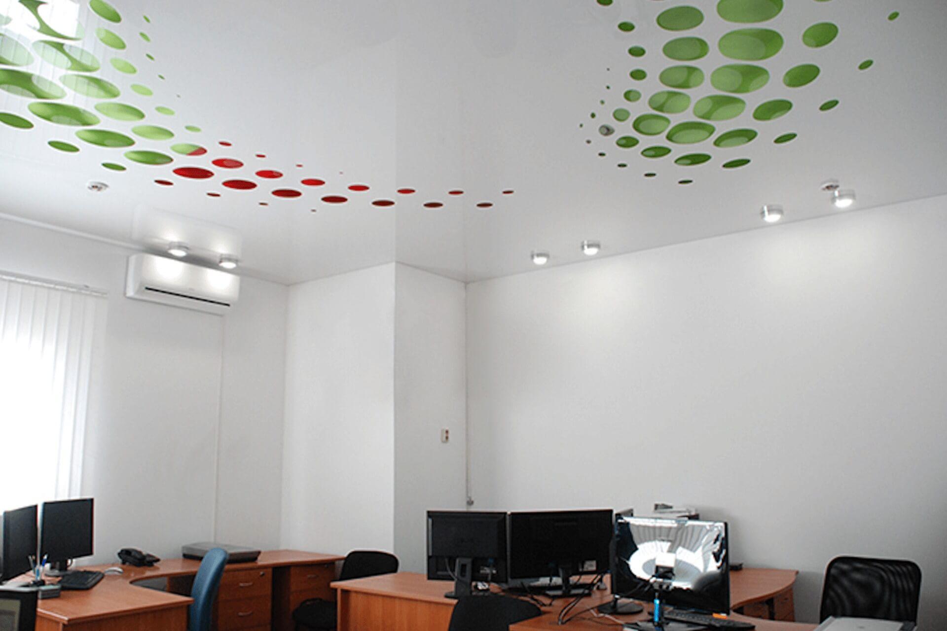 Резной натяжной потолок в офисе
