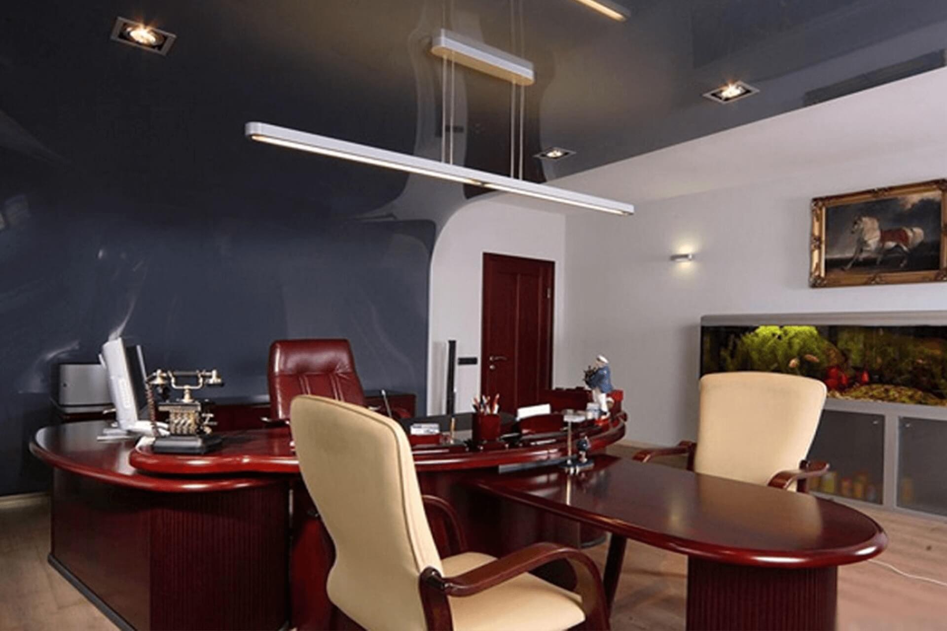 Серый натяжной потолок в офисе