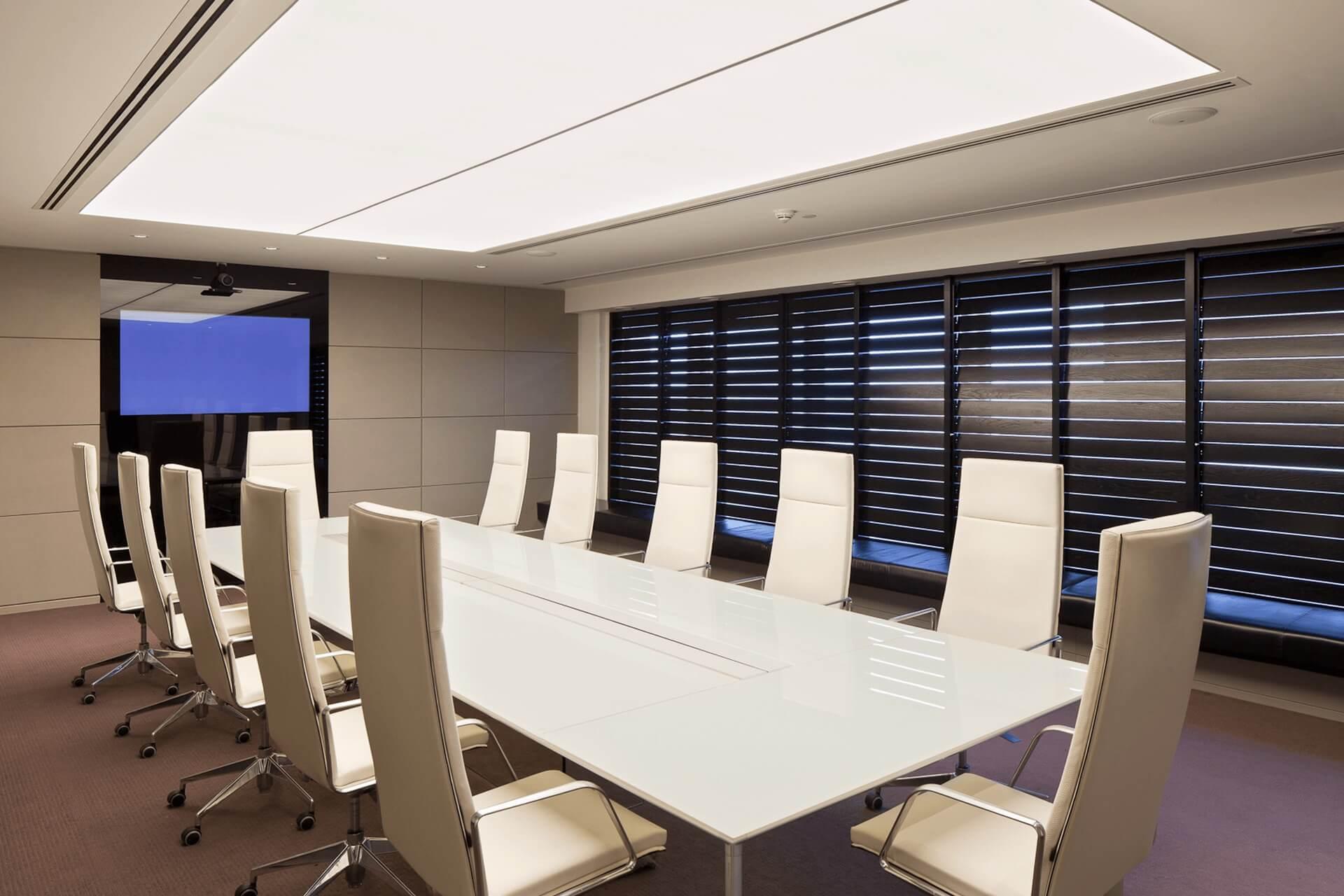 Светопрозрачный натяжной потолок в офисе