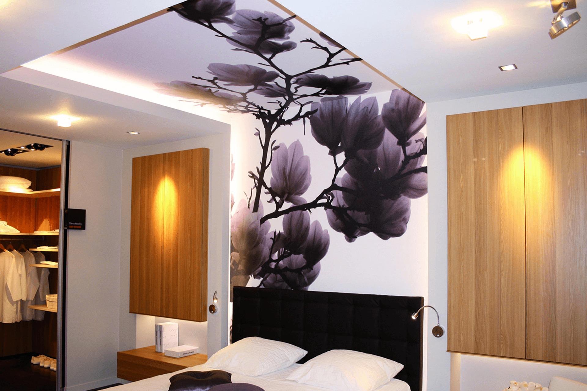 Натяжной потолок и натяжная стена в спальне  - цветы