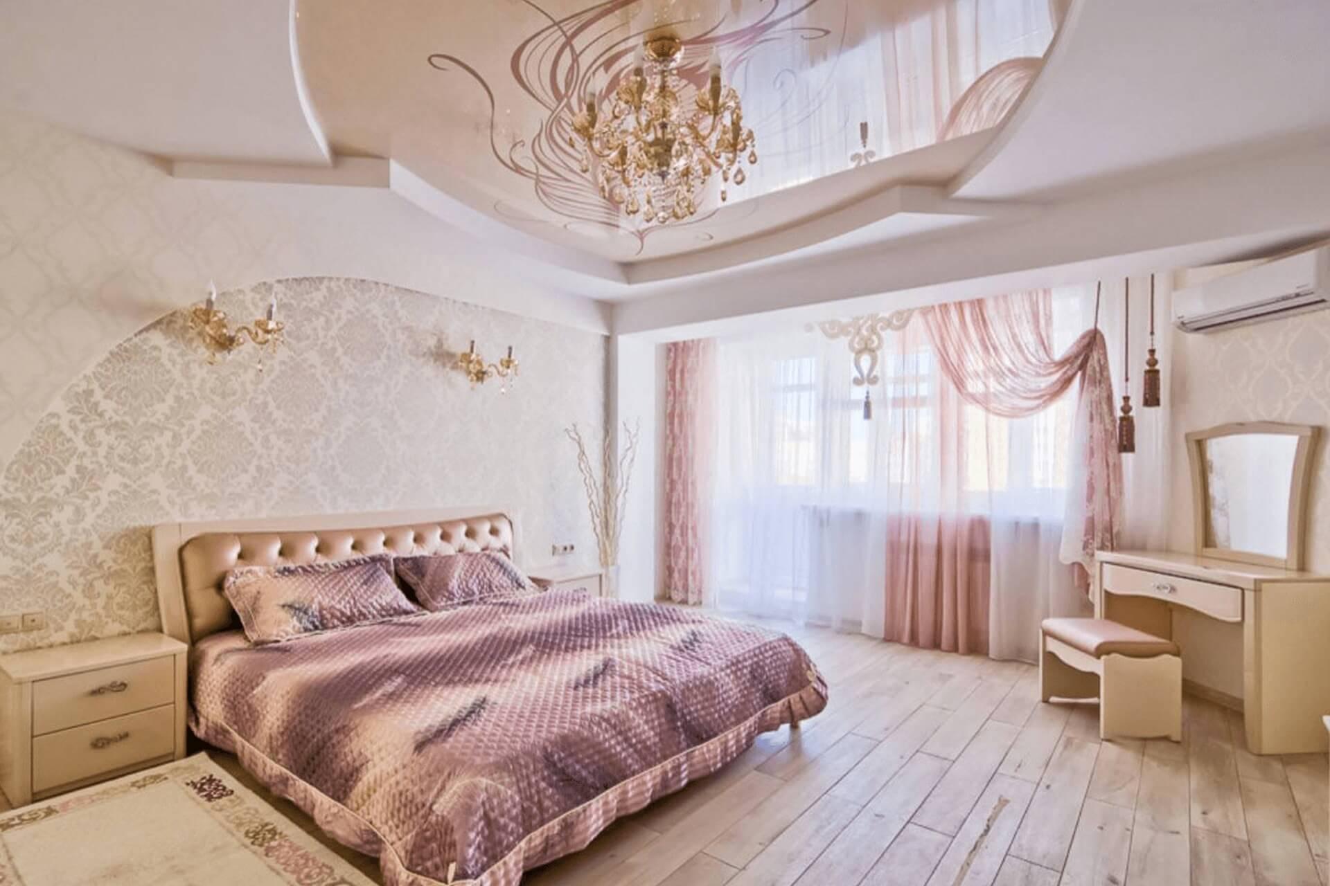 Светло розовый натяжной потолок в спальне