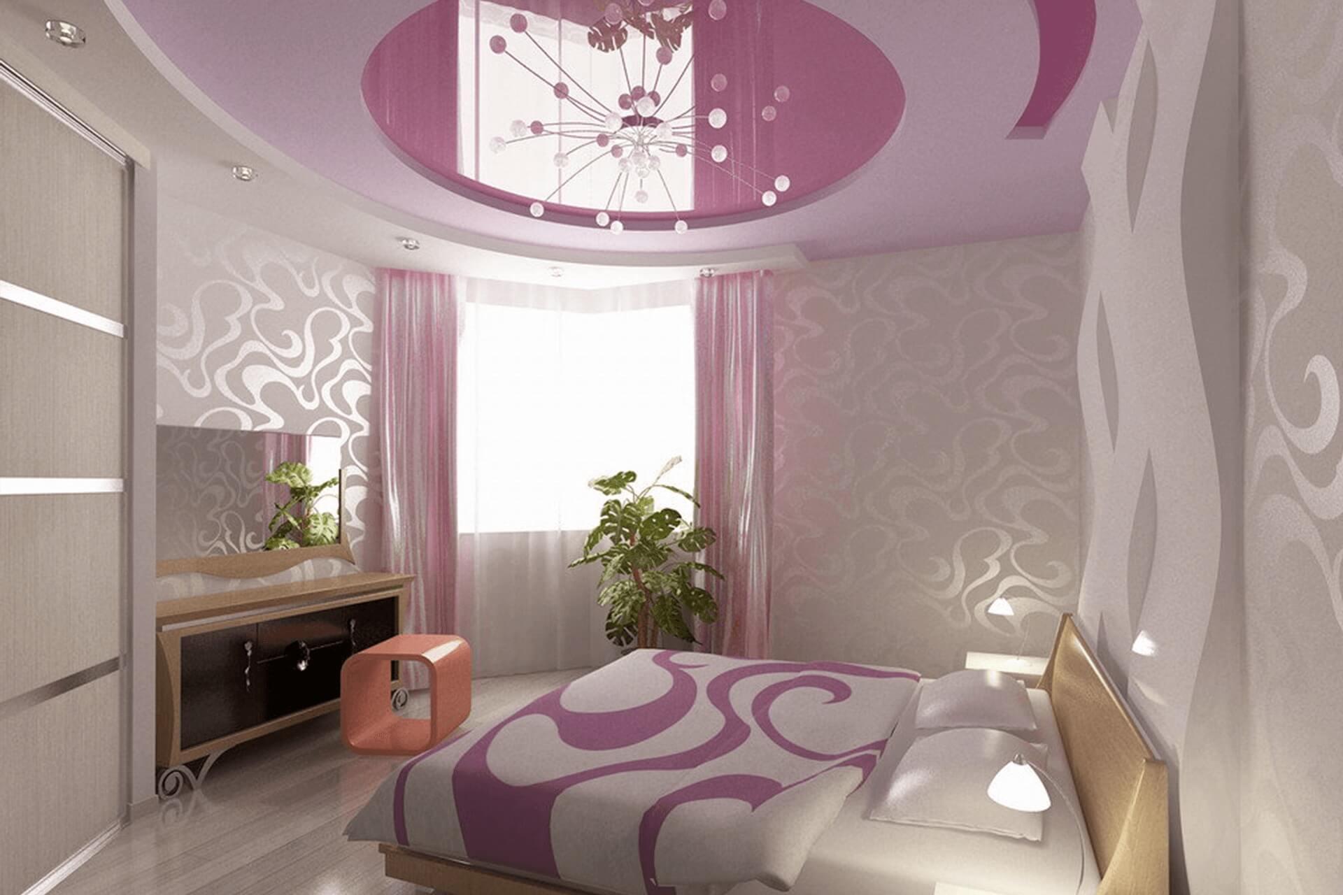 Розовый натяжной потолок в спальне