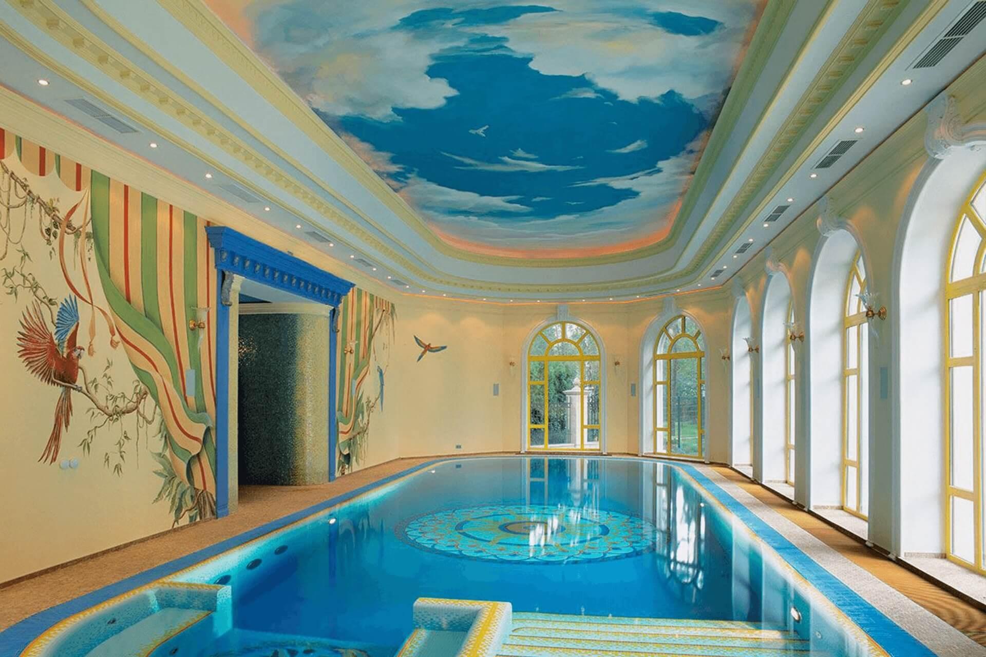 Натяжной потолок с фотопечатью облака в бассейне