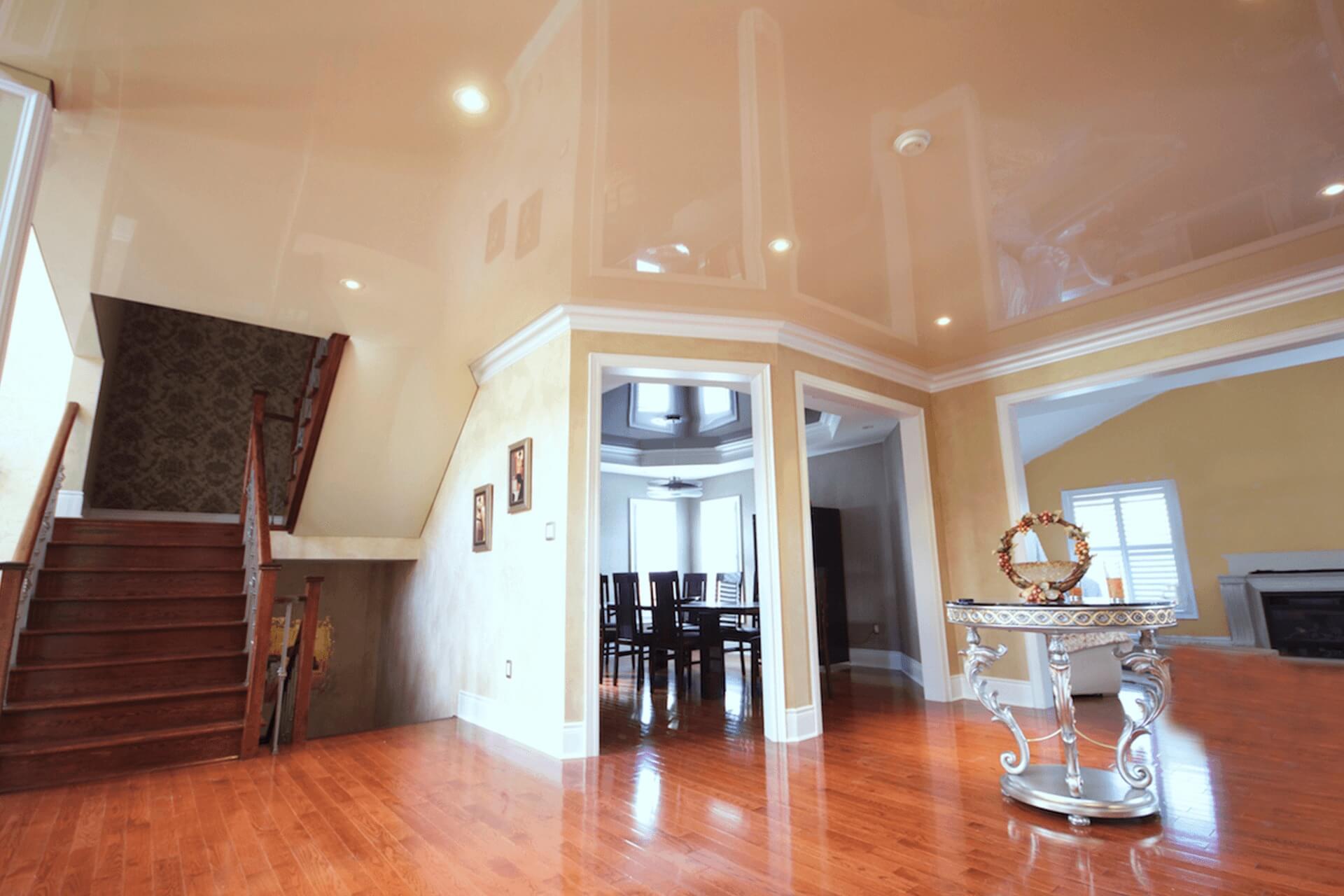 Глянцевый натяжной потолок в доме