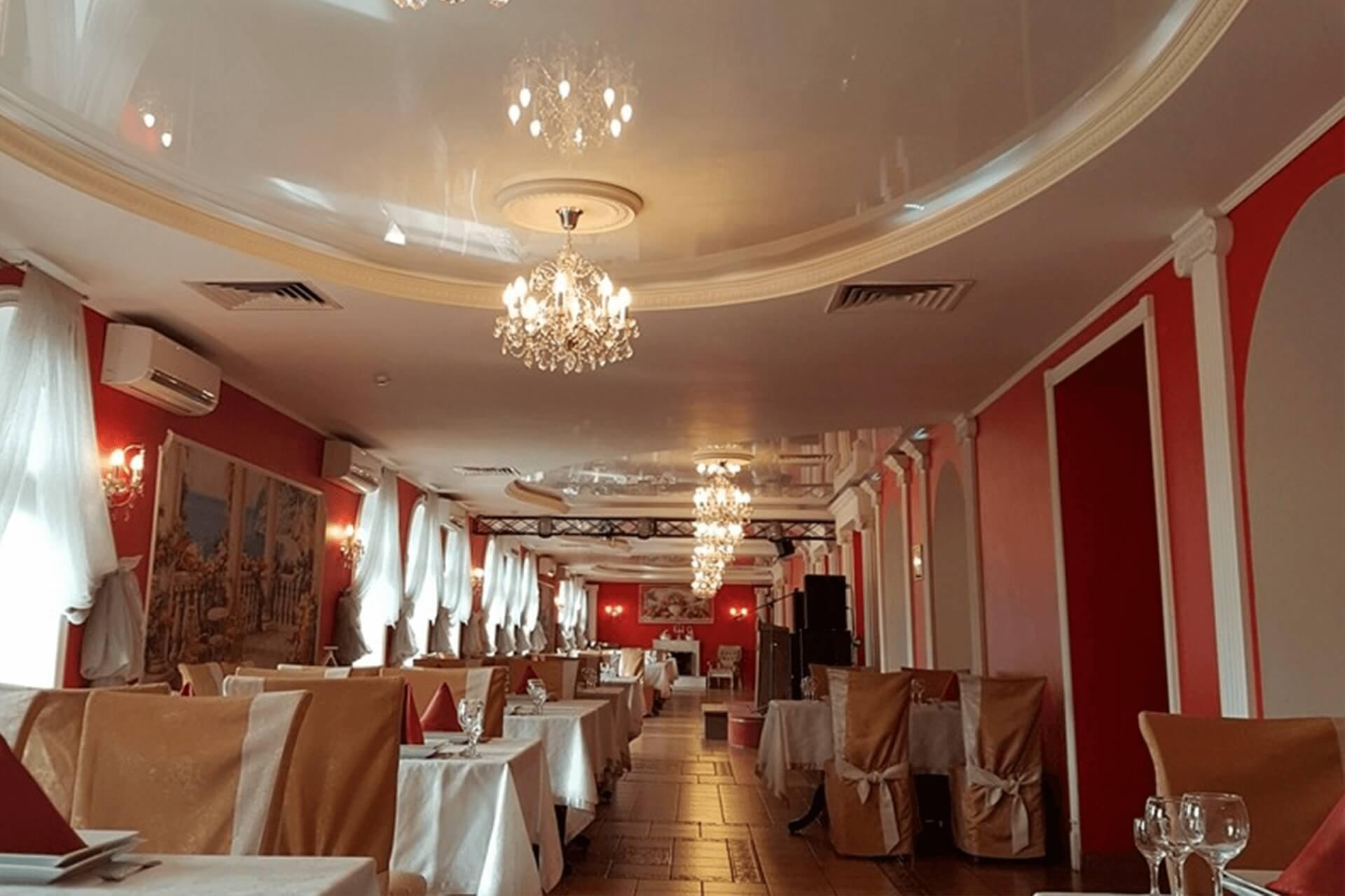 Двухуровневый натяжной потолок в ресторане