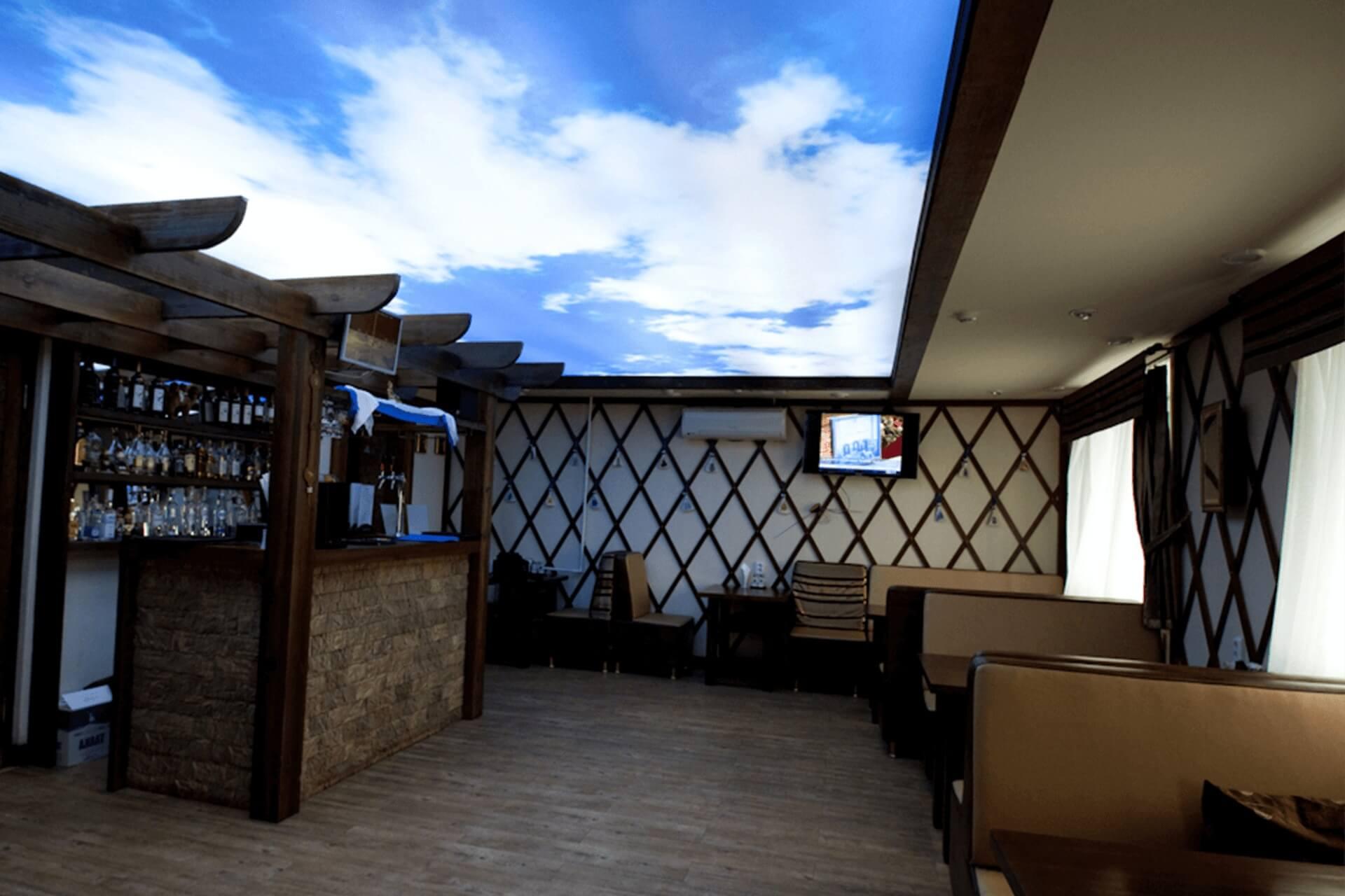 Натяжной потолок небо с подсветкой в ресторане