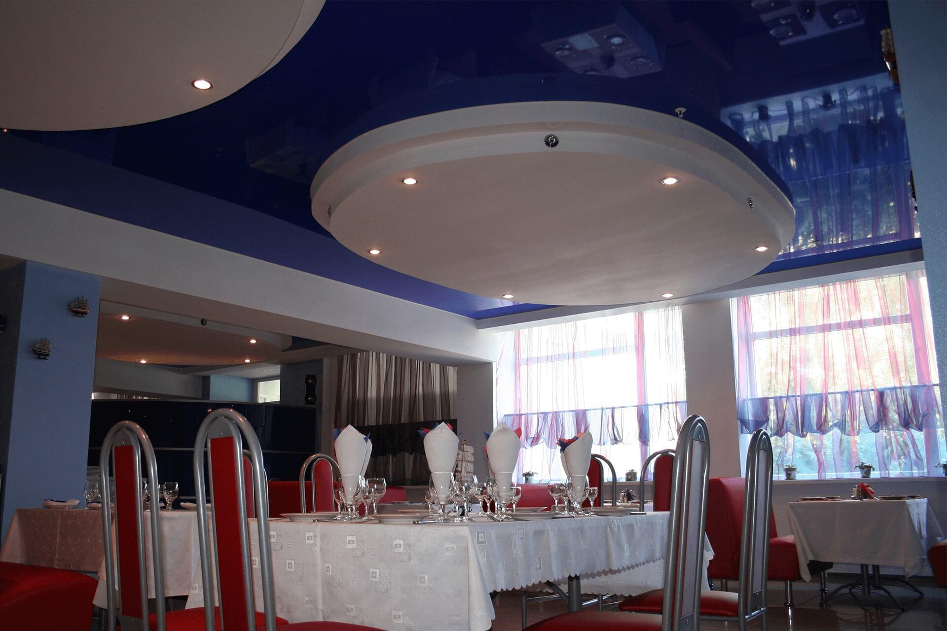 Синий натяжной потолок в ресторане