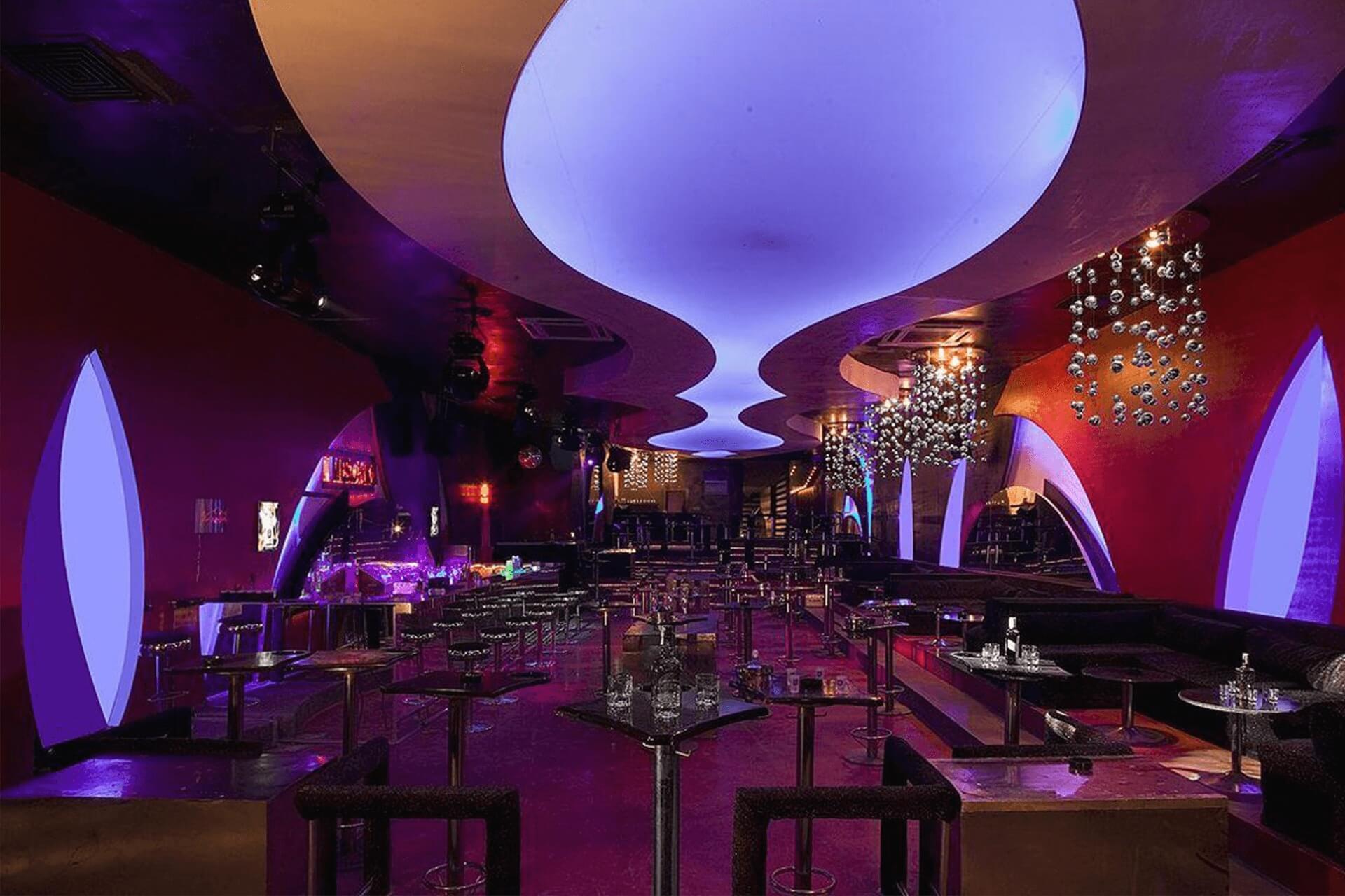 Криволинейный светопрозрачный натяжной потолок в ресторане
