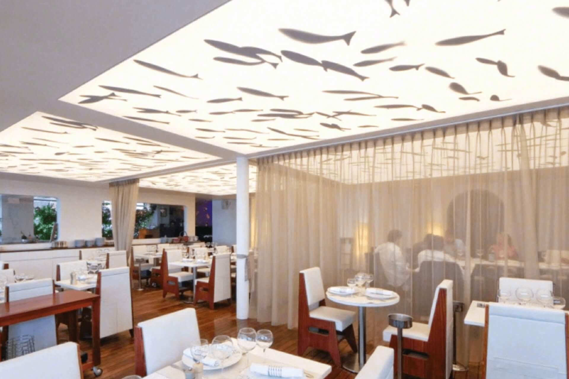 Светопрозрачный натяжной потолок с рыбками в ресторане