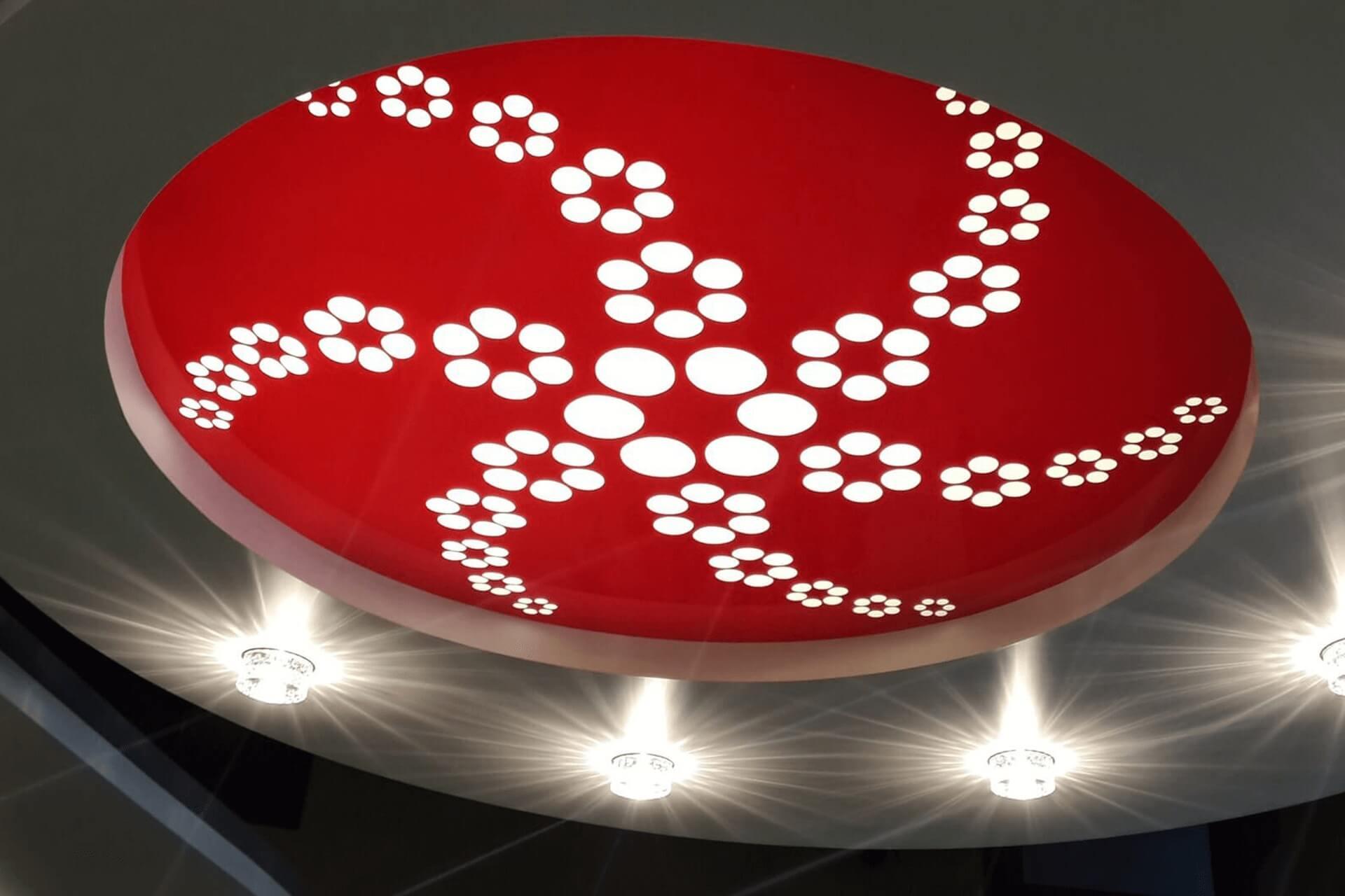 Красный двухуровневый резной потолок