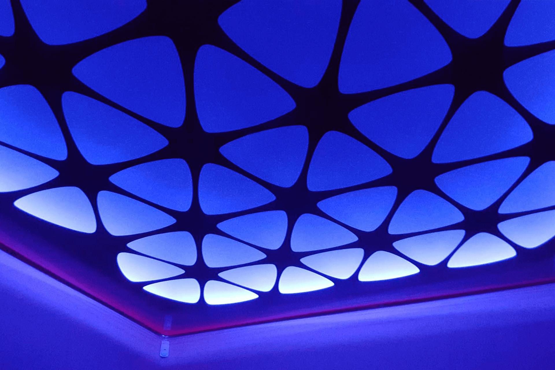 Синий резной натяжной потолок с подсветкой
