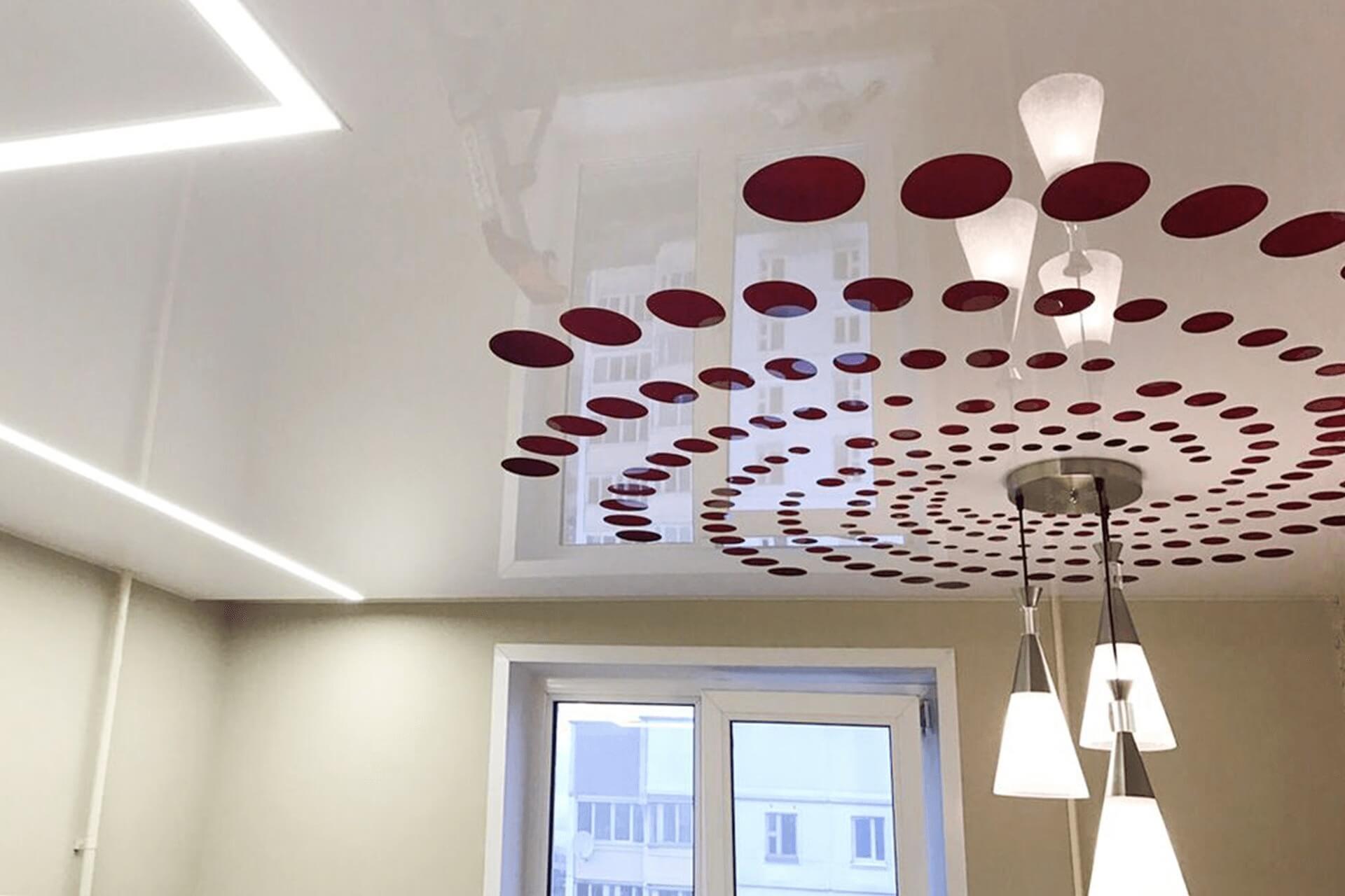 Резной натяжной потолок с красными кругами