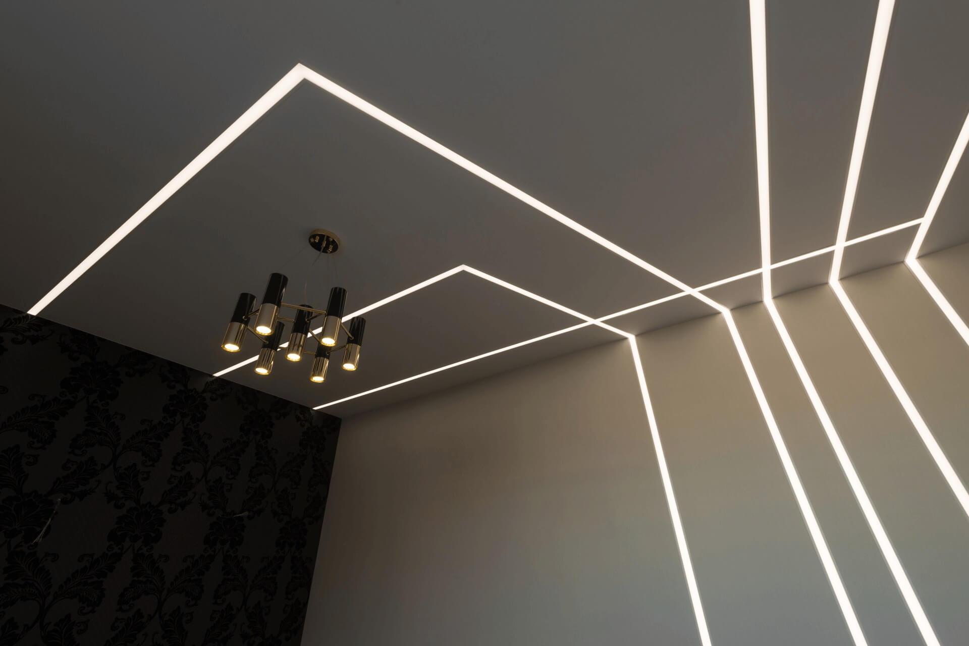 Переходящие световые линии с потолка на стену