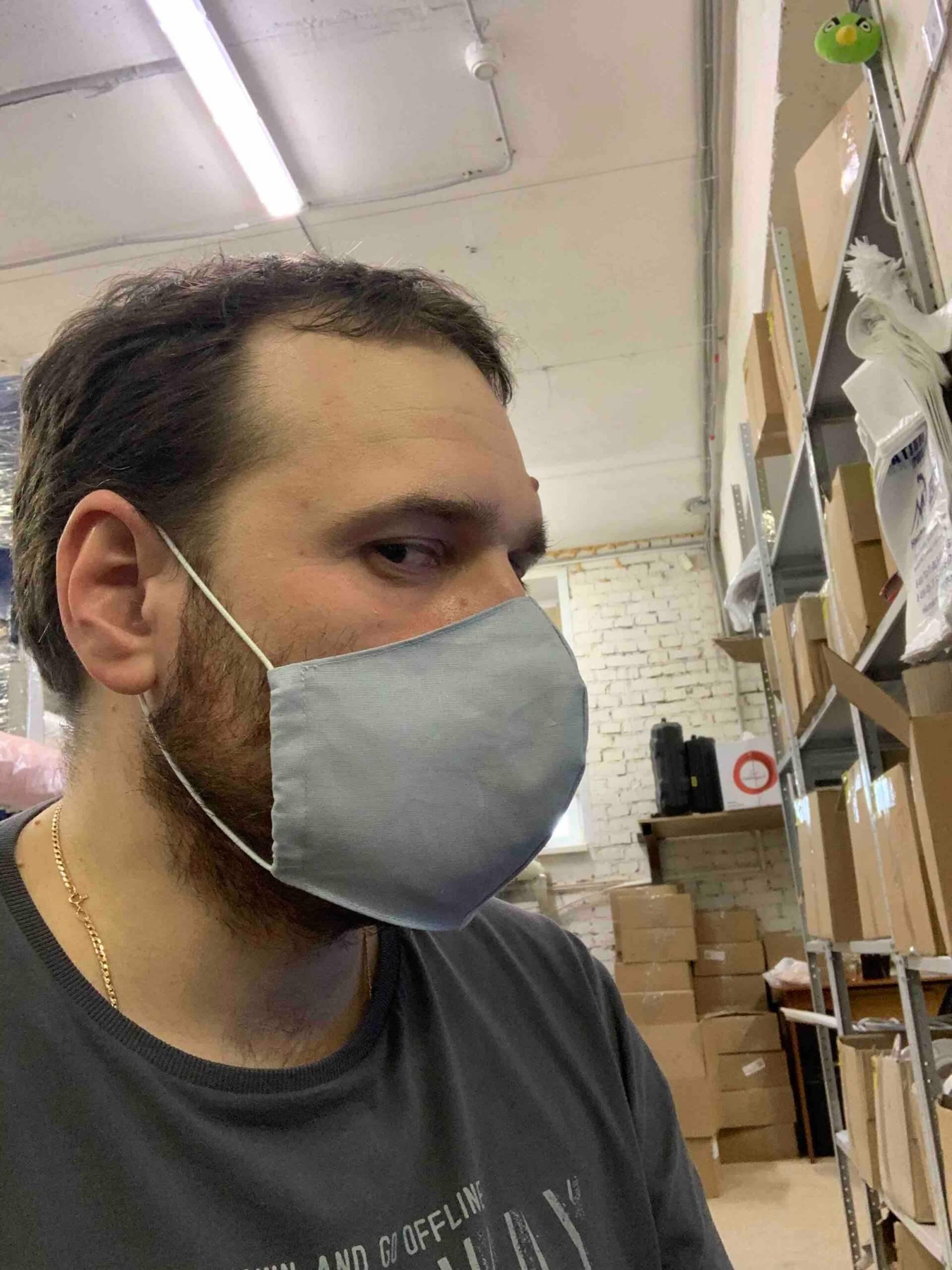 Маска защитная на лице в профиль