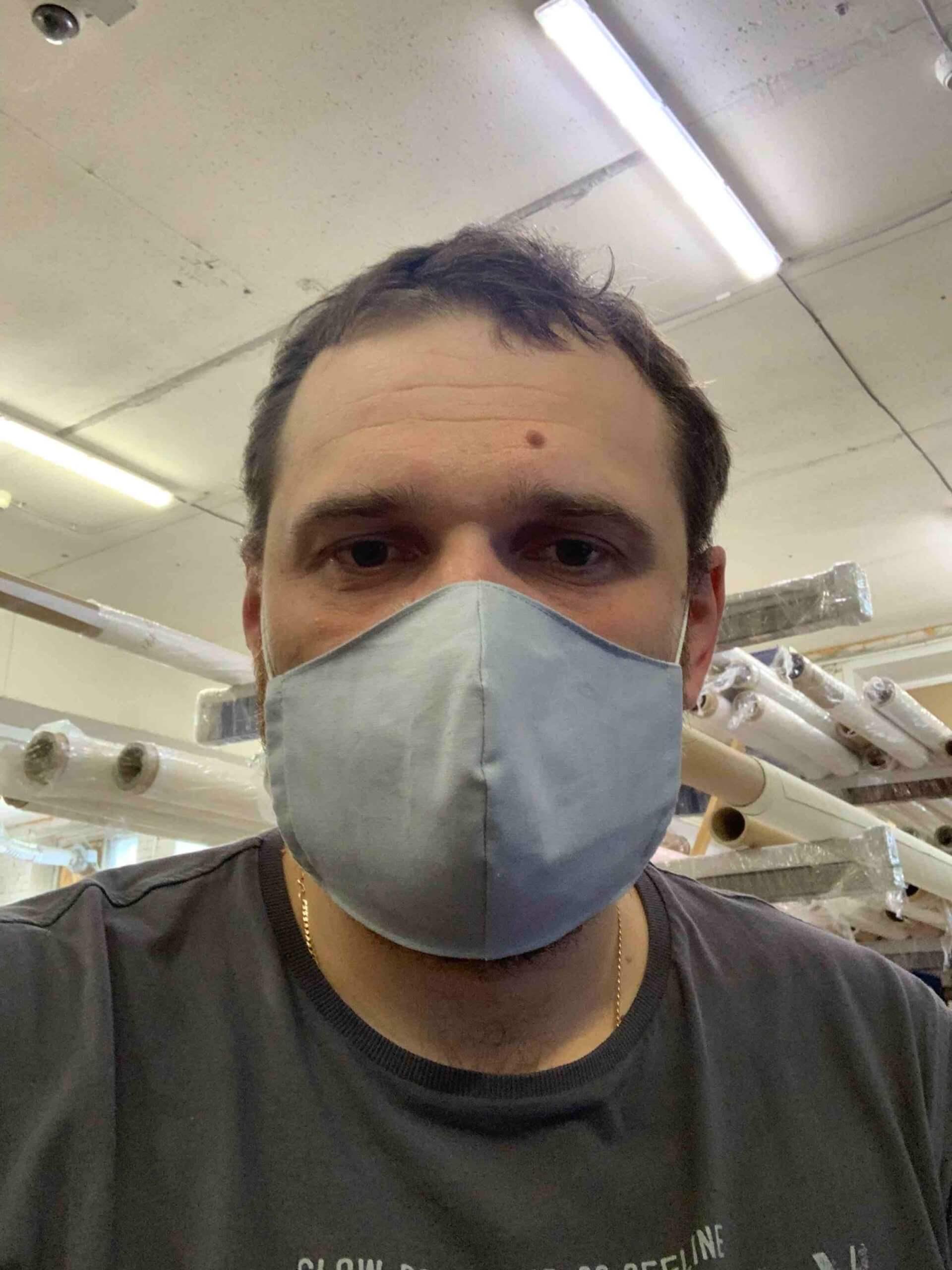 Маска защитная на лице
