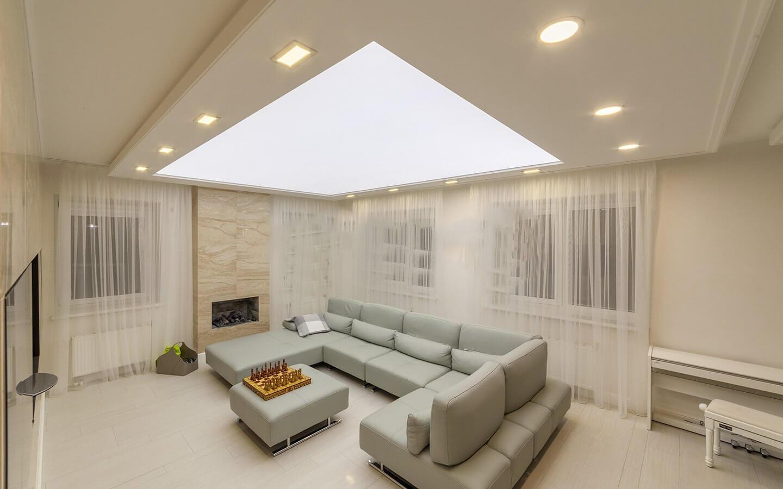Световой потолок в комнате