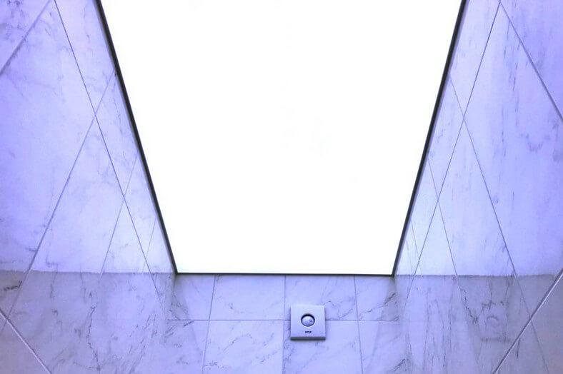 Световые потолки в туалете