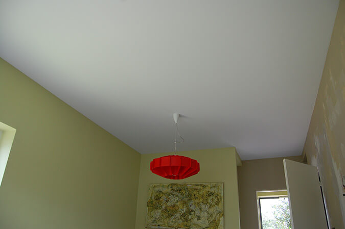 фото бесшовного потолка в комнате