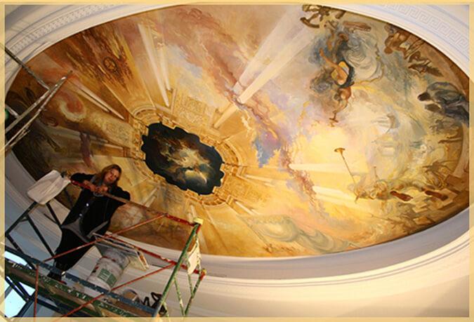 женщина и расписанный потолок