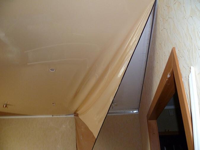 Начинаем вытягивать потолок с угла