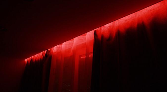Красная подстветка для натяжного потолка